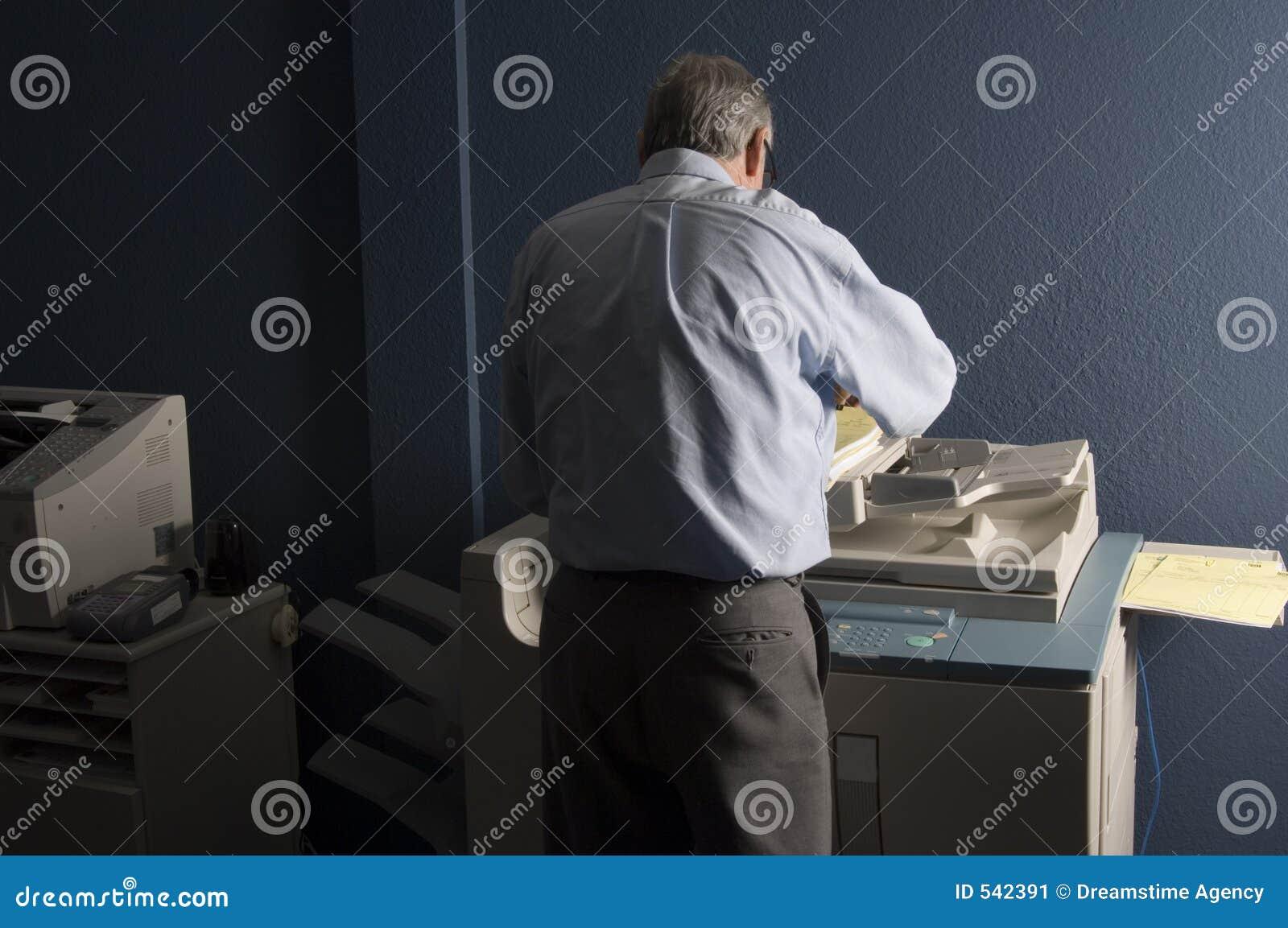 Download 人工作 库存图片. 图片 包括有 增长, 工作, 成人, 硬件, 倍增, 复制, 技术, 设备, 打印, 长辈 - 542391