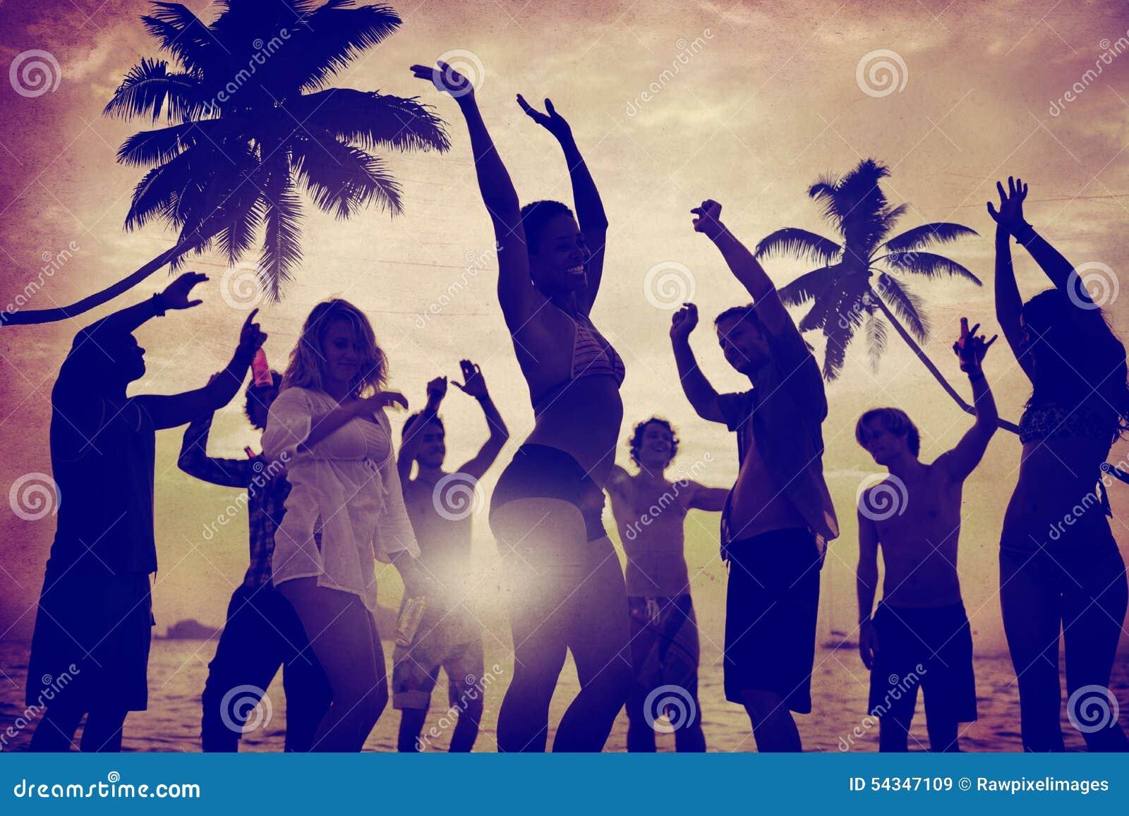 人庆祝海滩党暑假假期概念