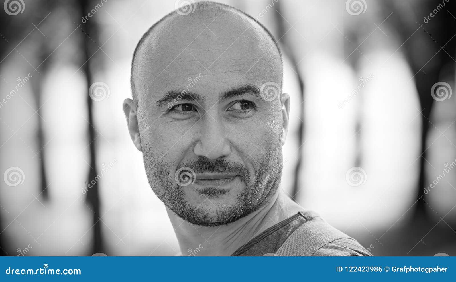 人微笑着 一个秃头有胡子的人的单色画象