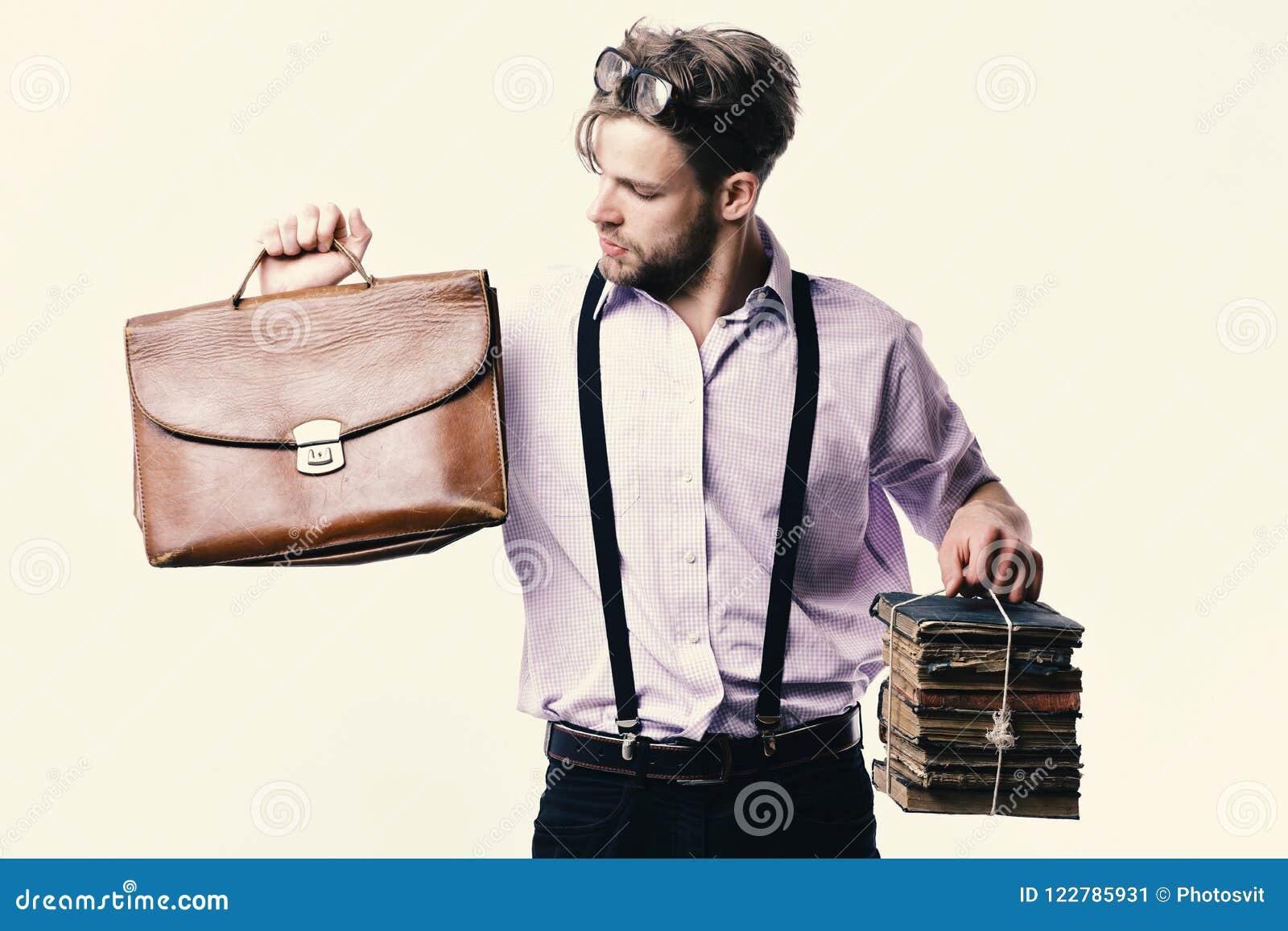 人或老师有刺毛、玻璃和好奇面孔的 书呆子或书痴佩带的悬挂装置 有公文包的人