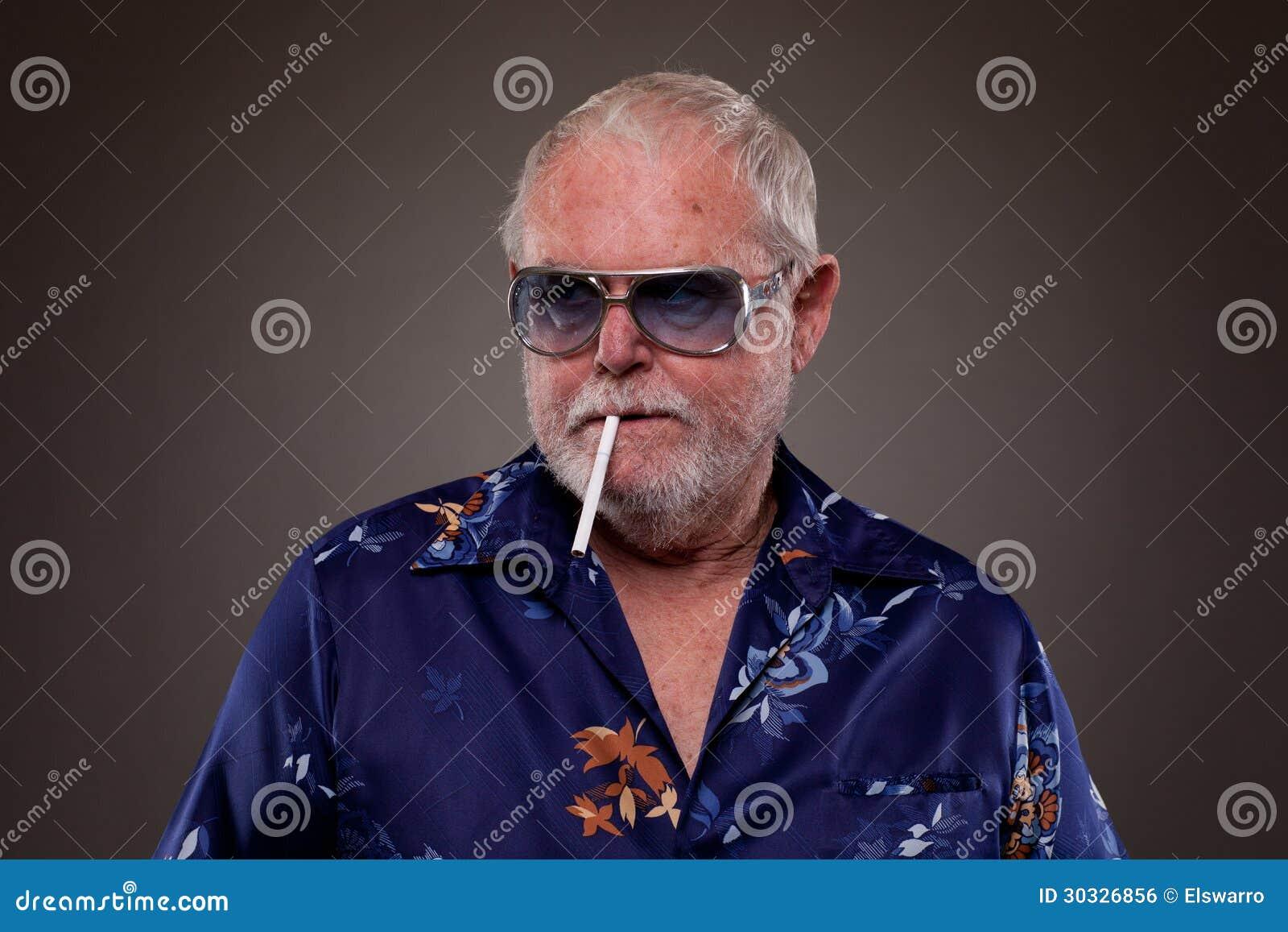 人抽烟的香烟