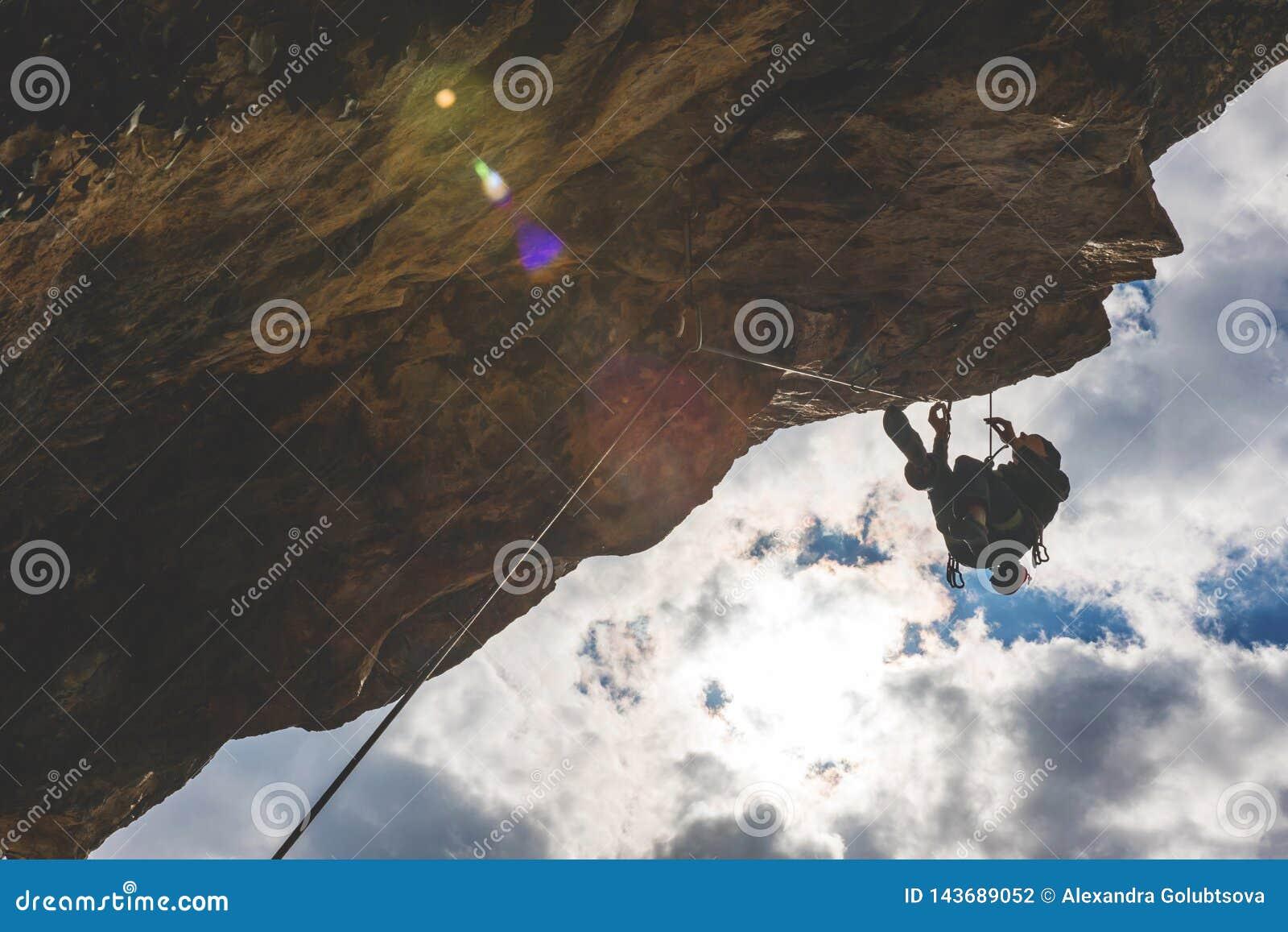 人攀登岩石