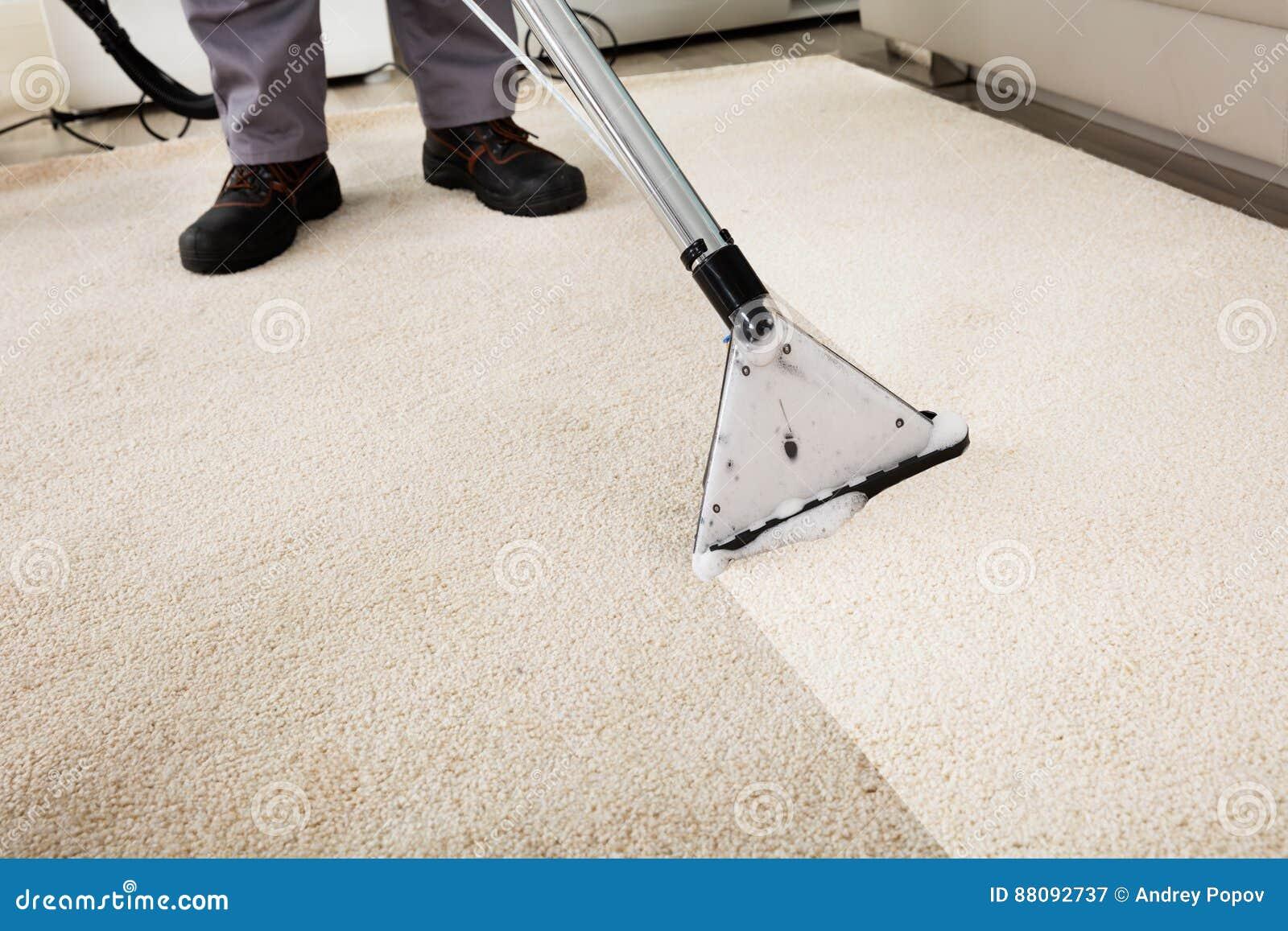 人有吸尘器的清洁地毯