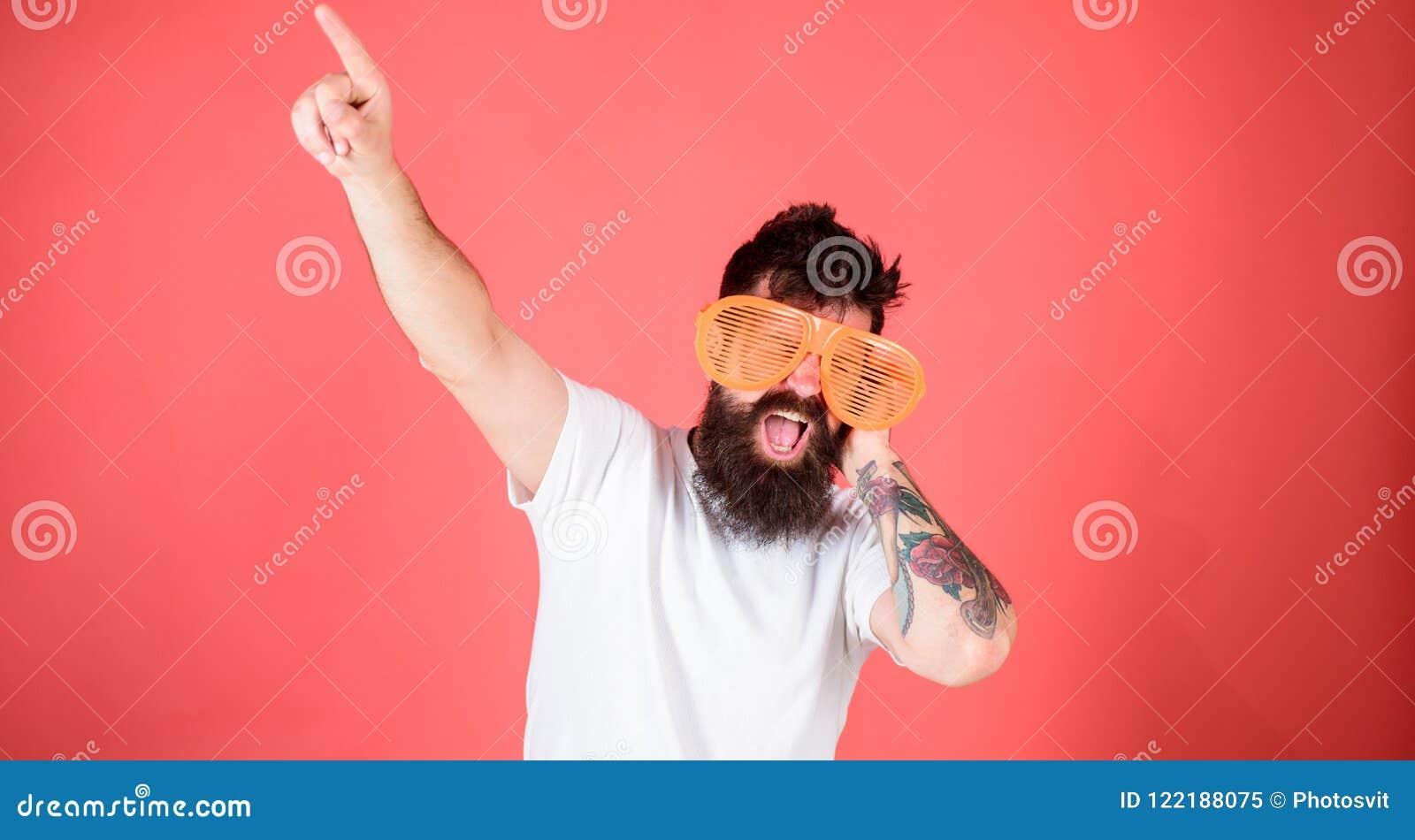 人有胡子的行家戴巨型装有百叶窗板的太阳镜 太阳镜辅助部件给信心的难以置信的感觉 感受