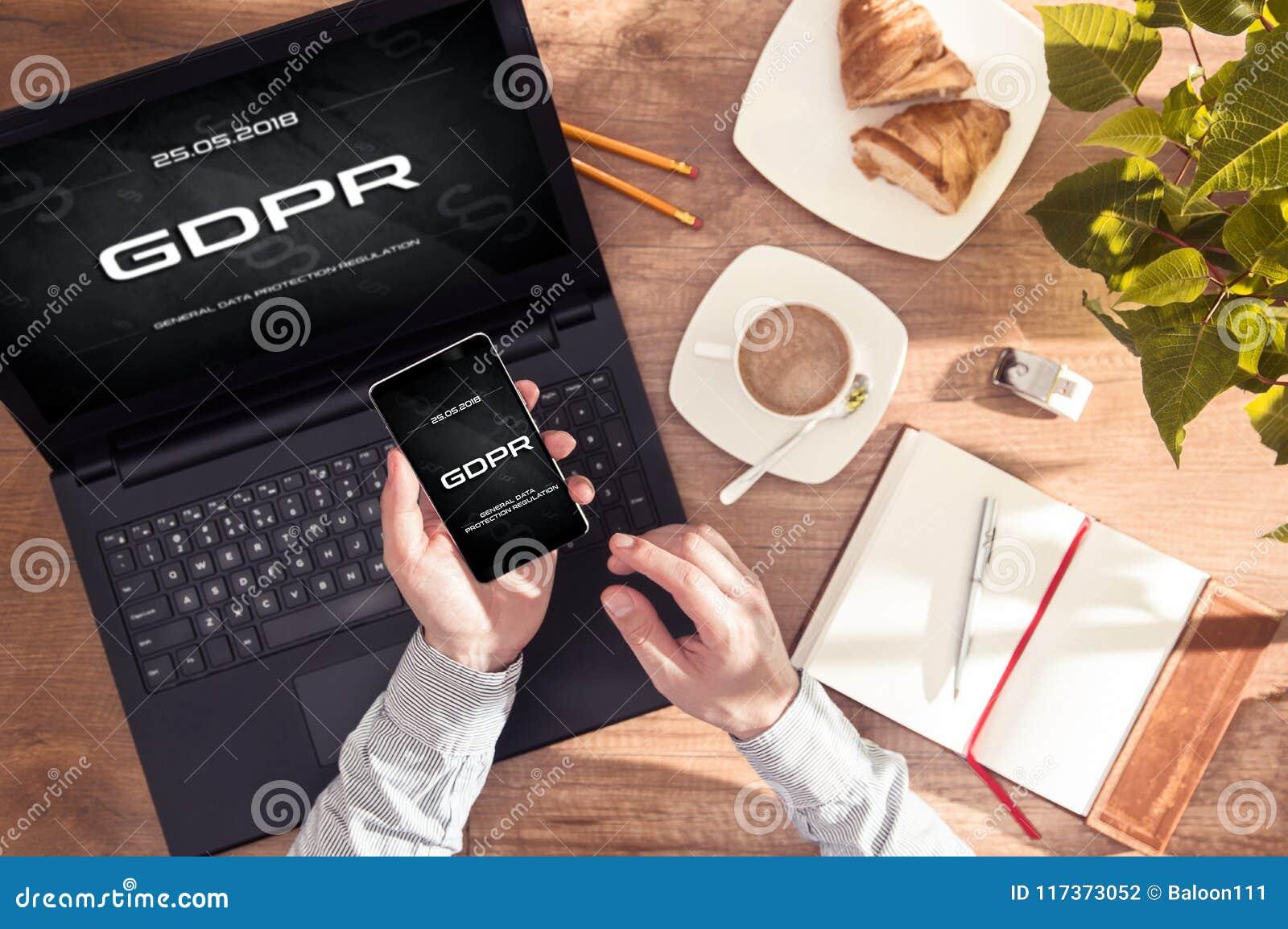 人有` GDPR在他的智能手机和膝上型计算机显示的`消息