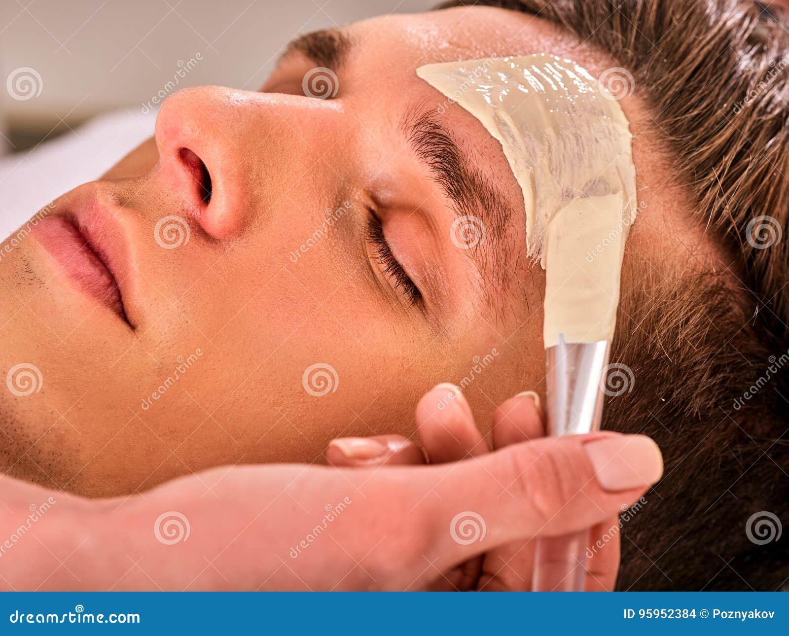 人泥面部面具温泉沙龙的 面孔按摩
