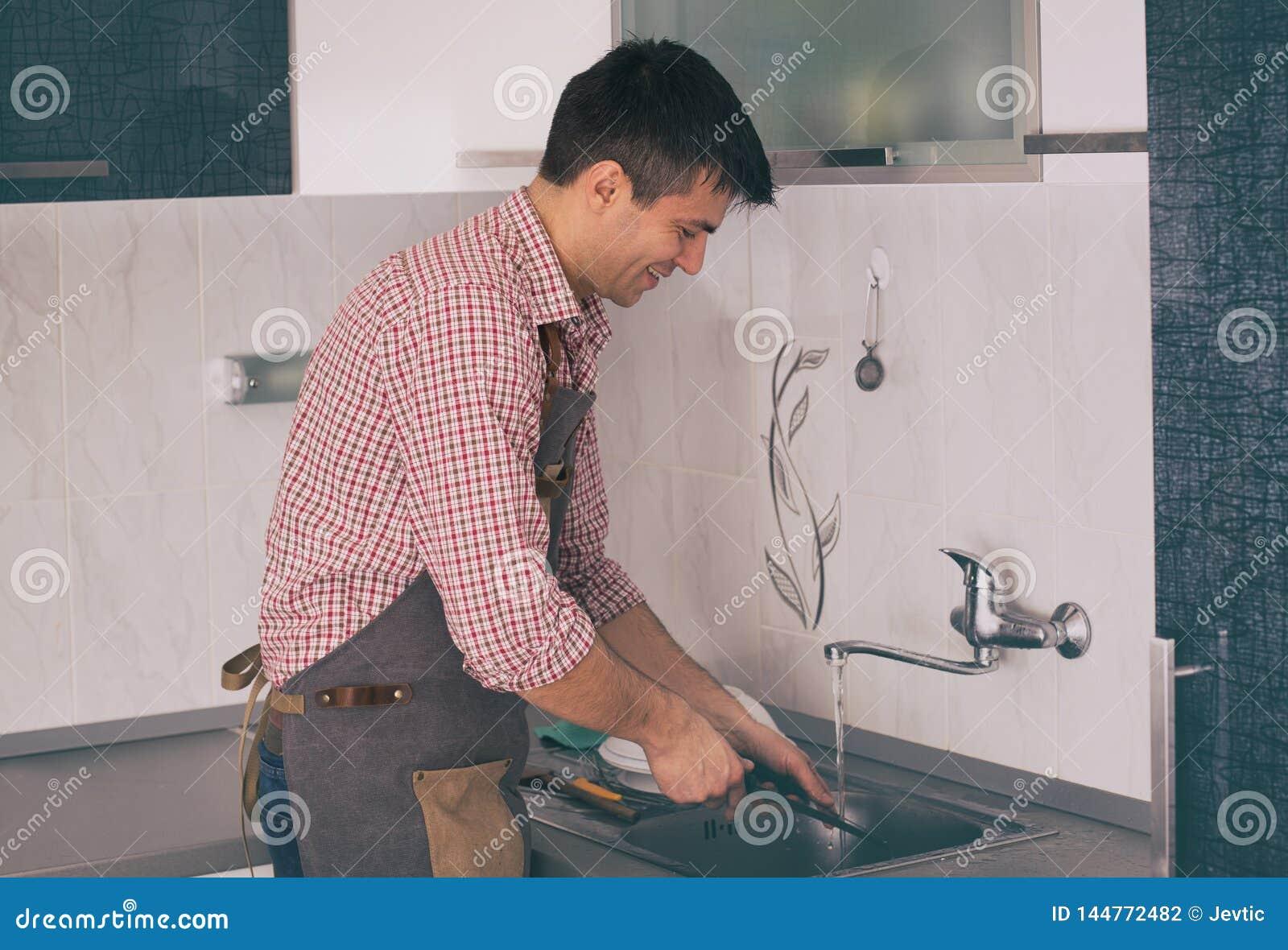 人洗碗在厨房里