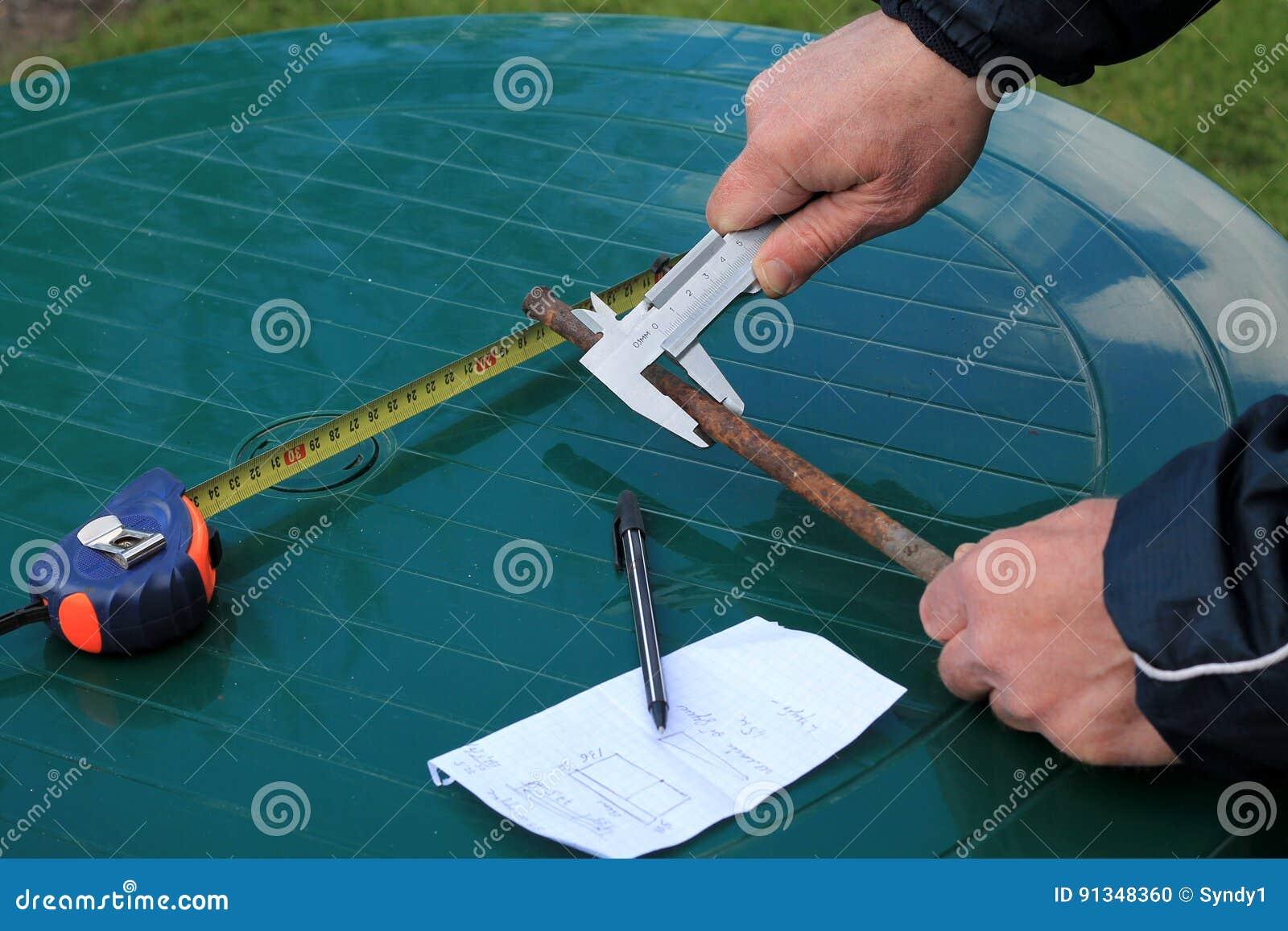 人测量与轮尺的金属棒直径