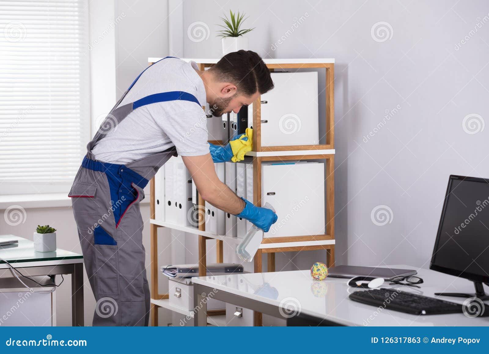 人清洁书桌在办公室