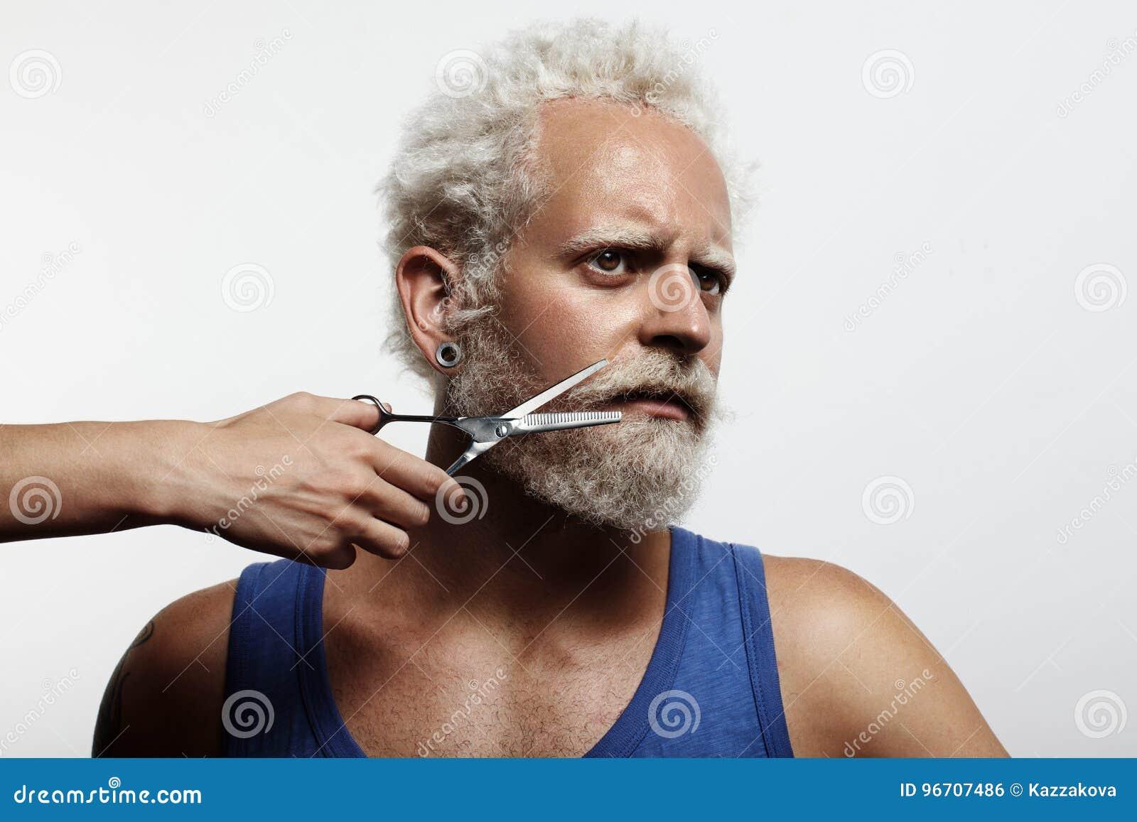 人用妇女` s手,切开他的胡子