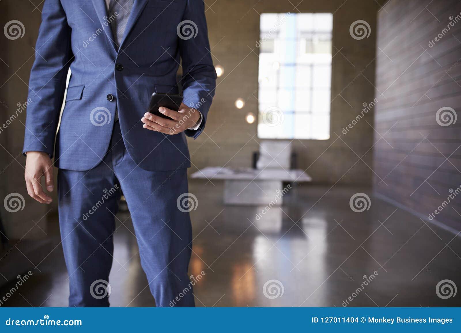 人的中间部分蓝色衣服的使用智能手机