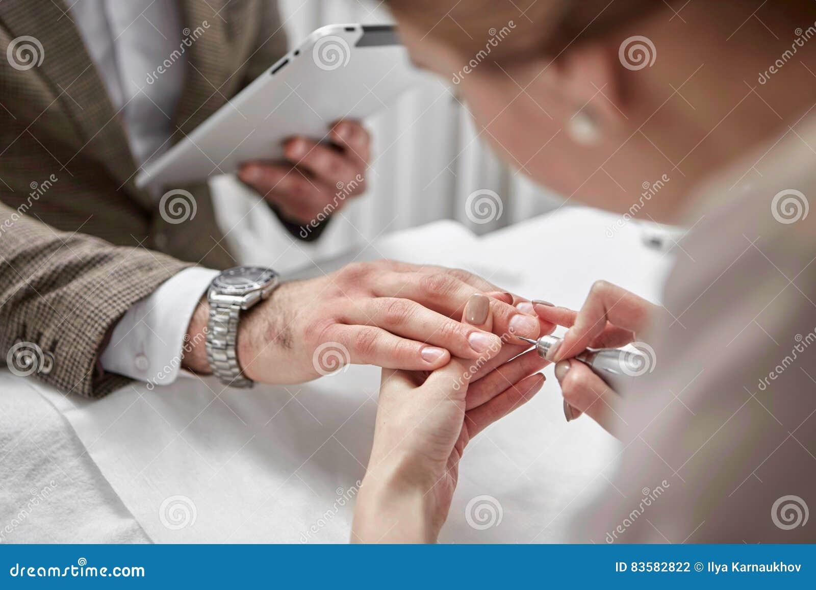 人的修指甲