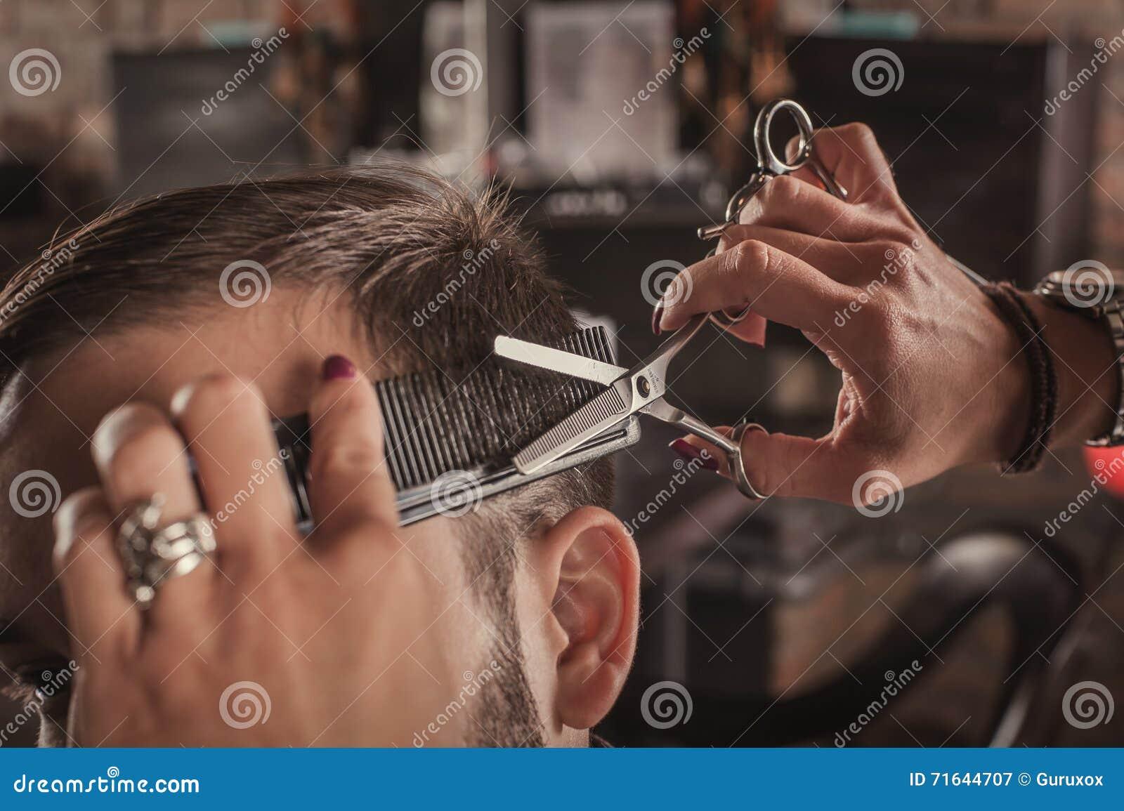 人的女性美发师发型头发