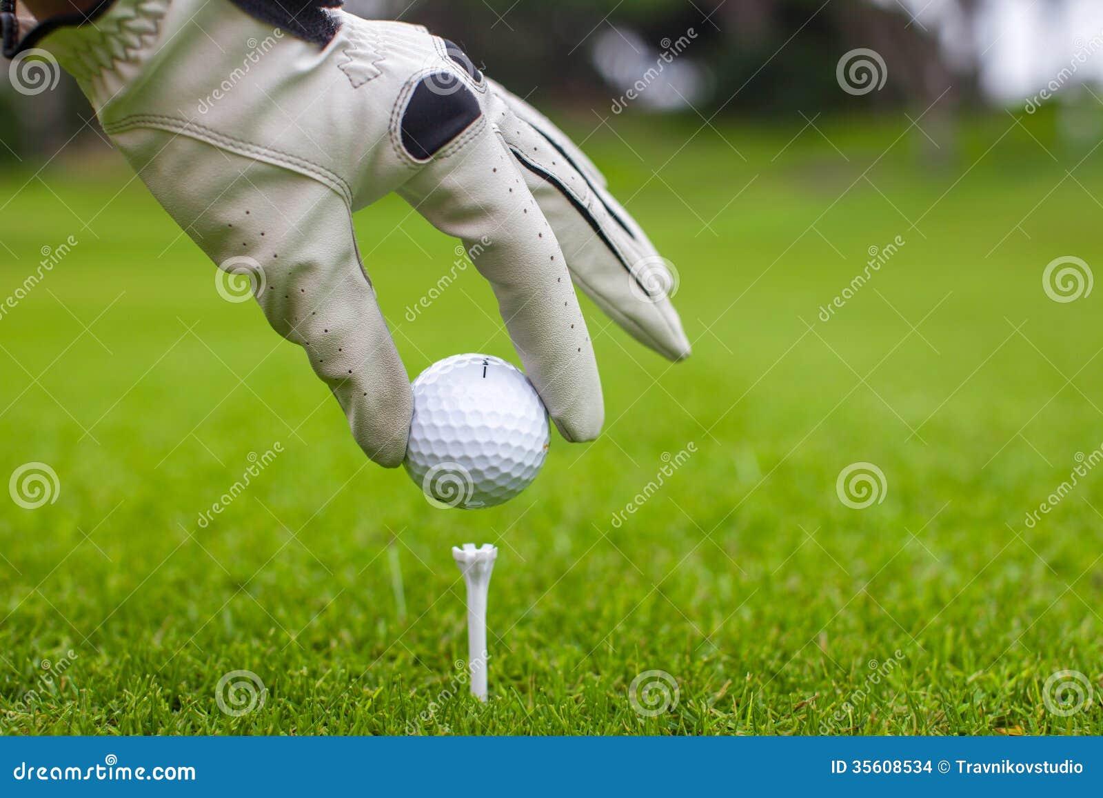 人的手举行与发球区域的高尔夫球特写镜头