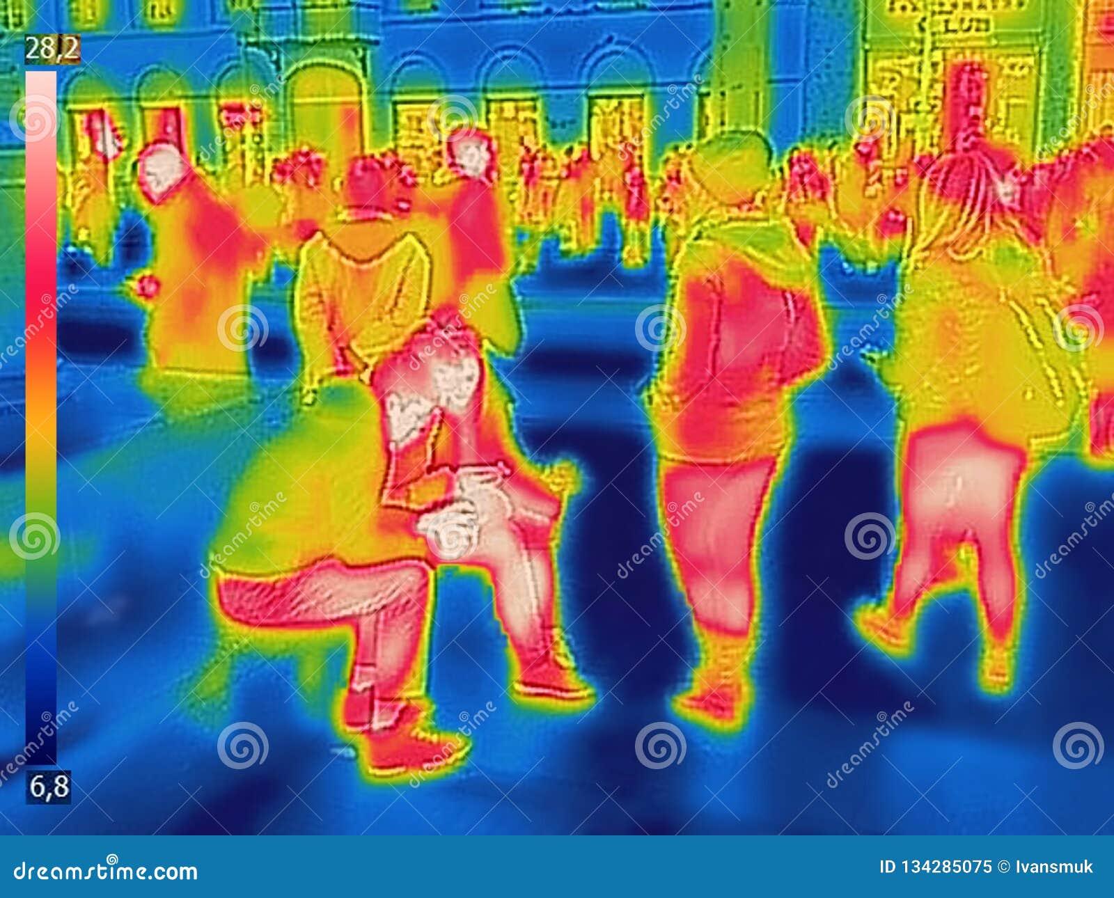 人的红外热量图象城市火车站的在一寒冷冬天天