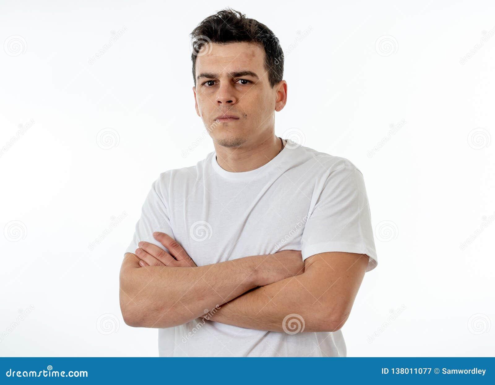 人的表示和情感 有一张恼怒的面孔的年轻可爱的人,看起来愤怒和疯狂
