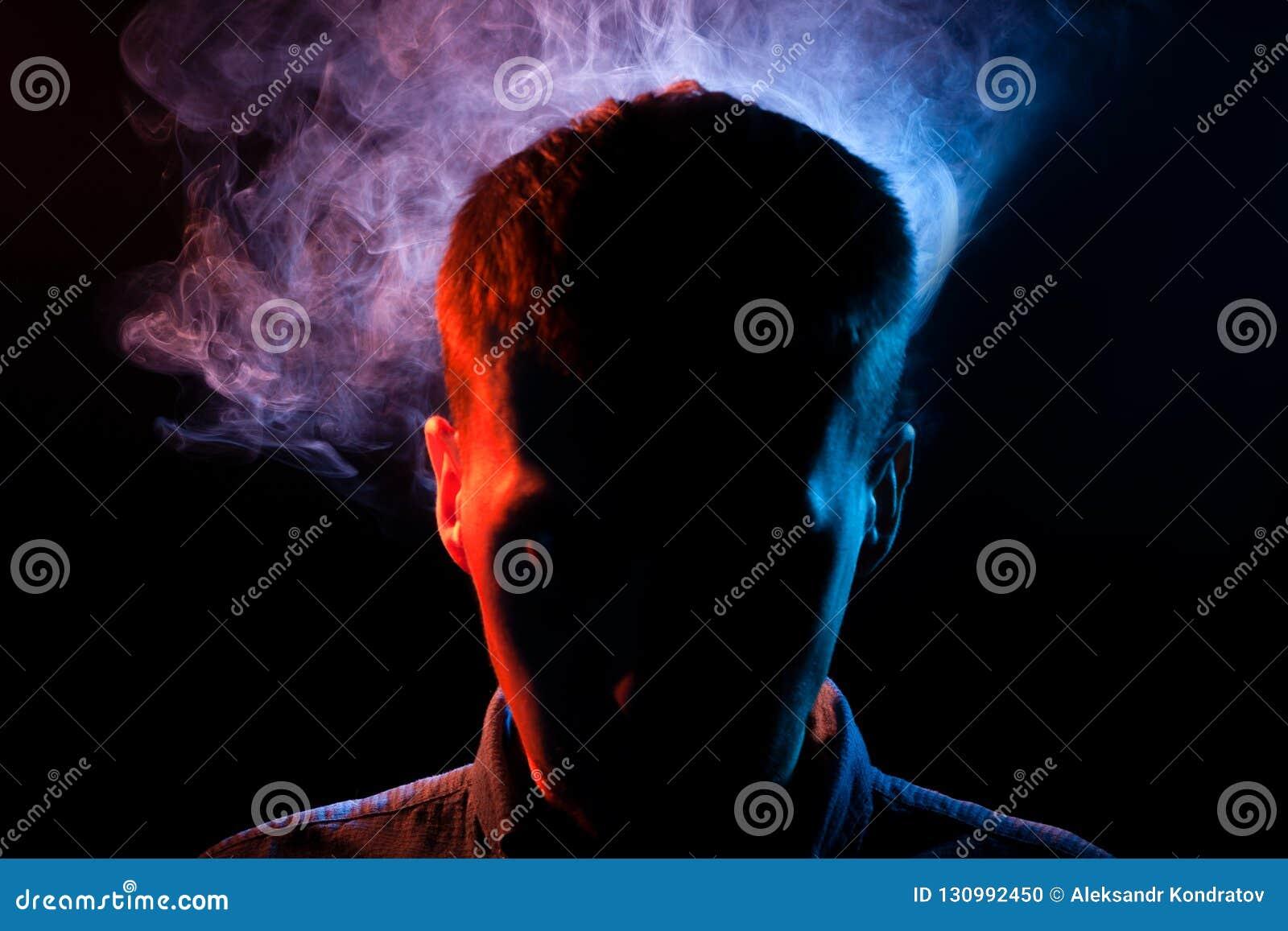 人的面孔在黑的阴影掩藏被隔绝的