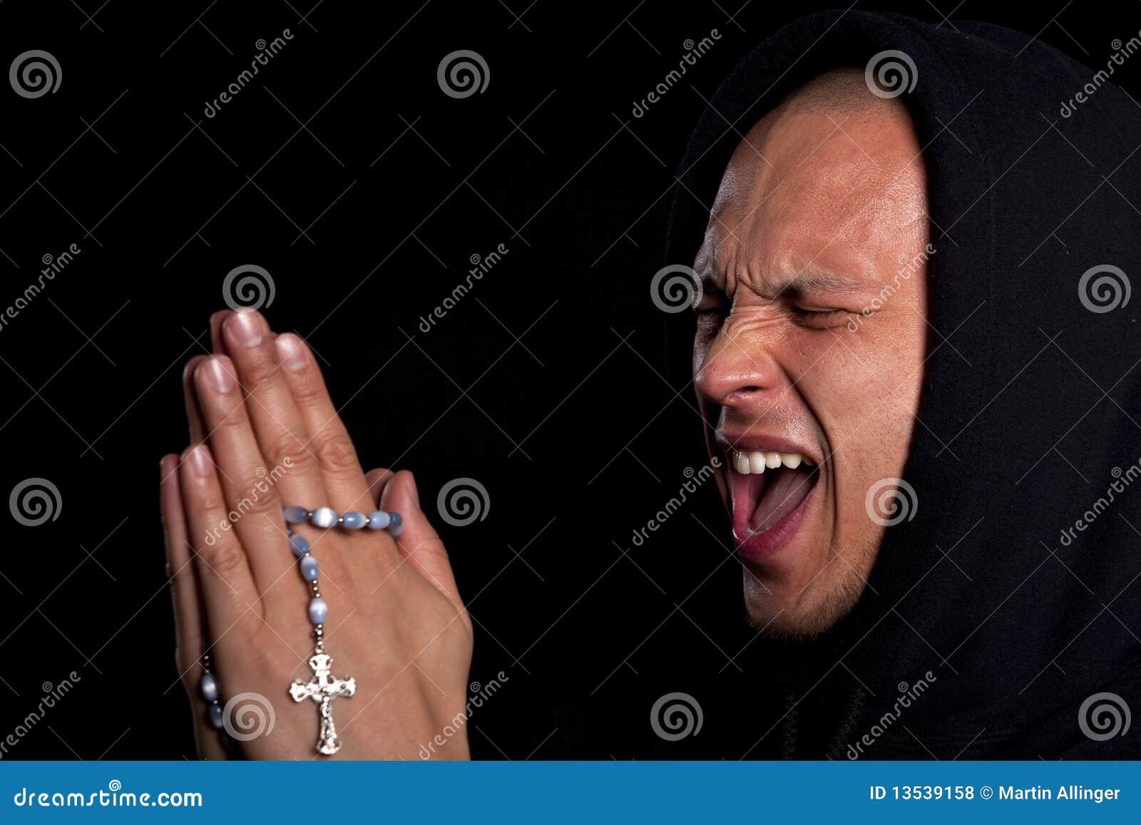 人祈祷的年轻人