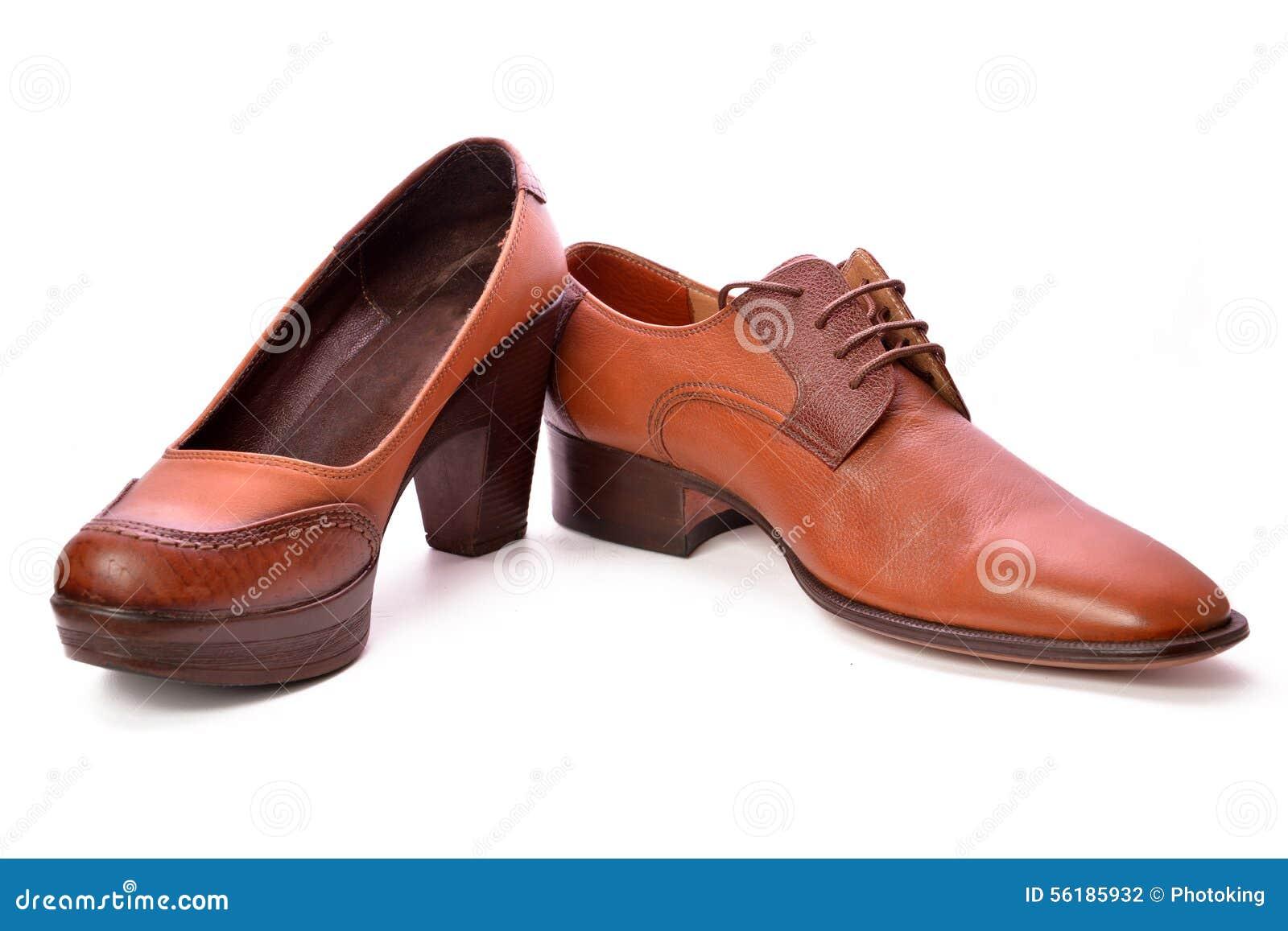 人穿上鞋子妇女