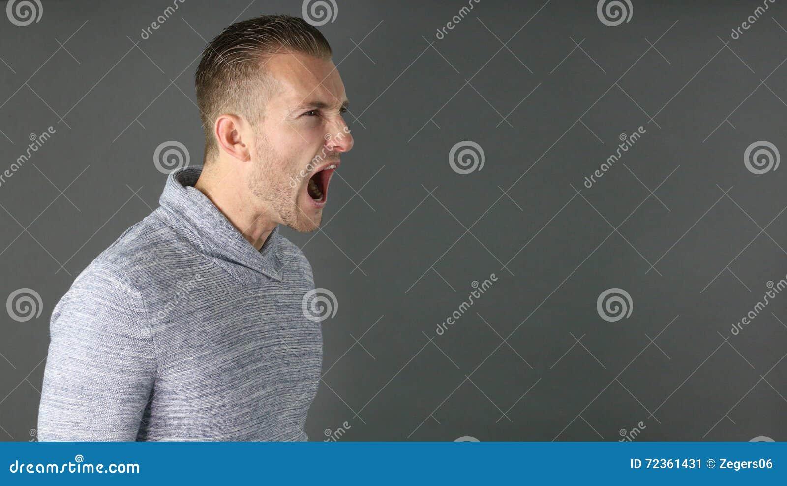 人纵向尖叫的年轻人