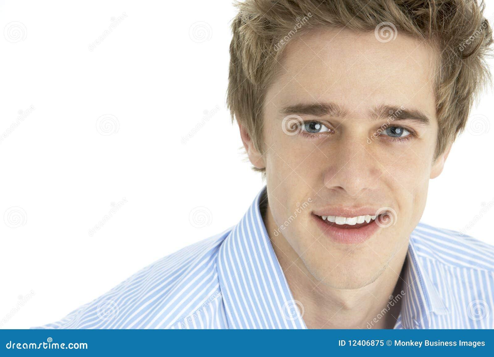 人纵向微笑的年轻人