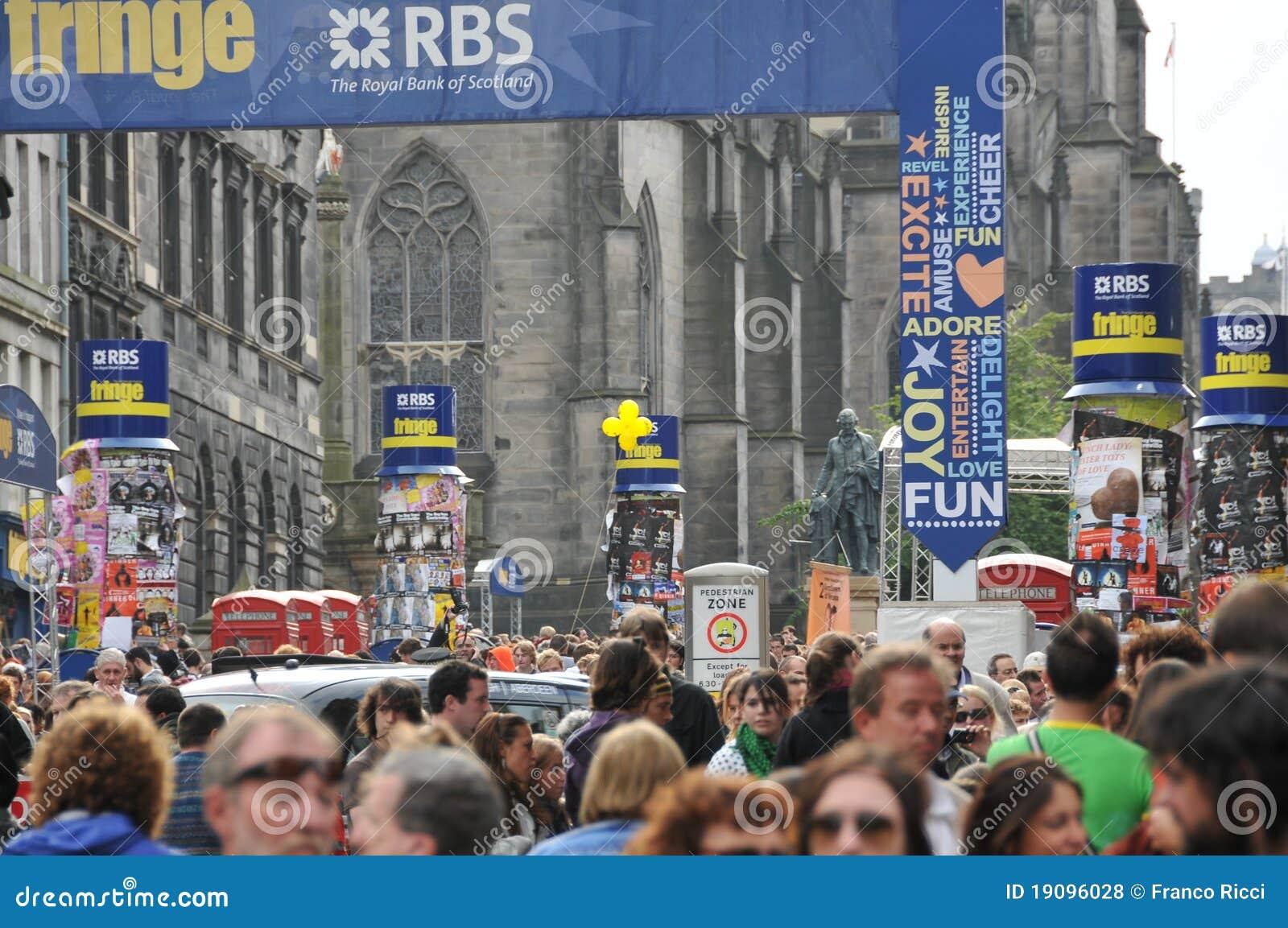 人群爱丁堡节日附加费用