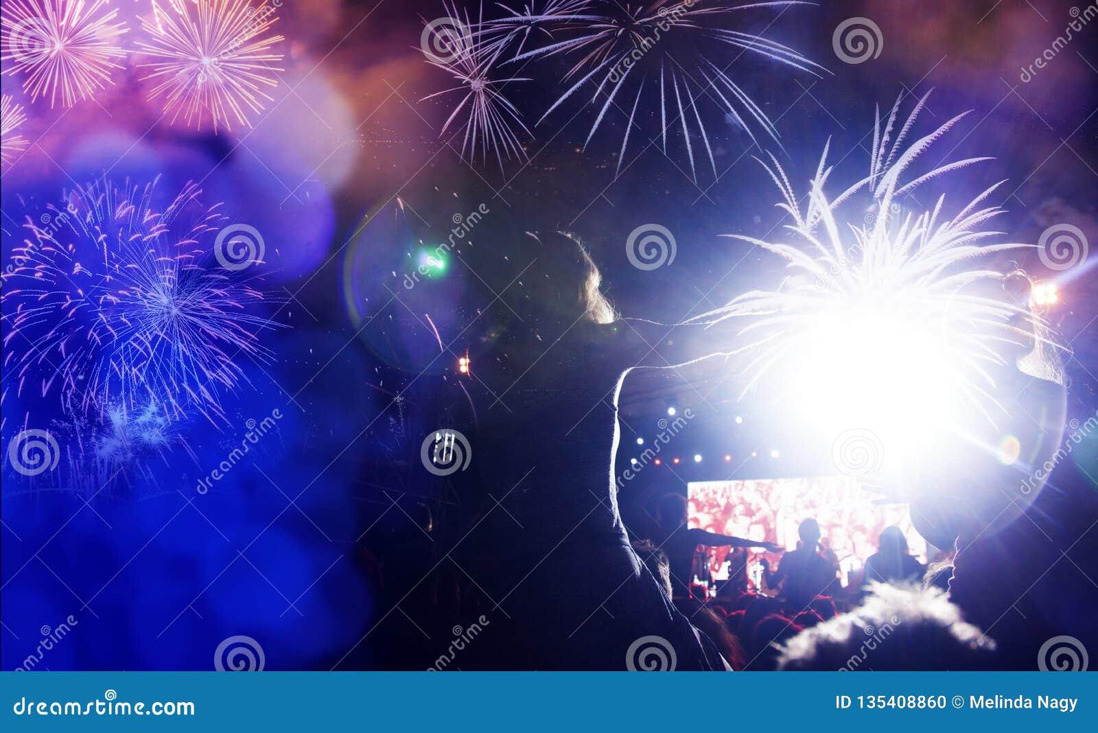 人群观看的烟花-新年庆祝抽象假日背景