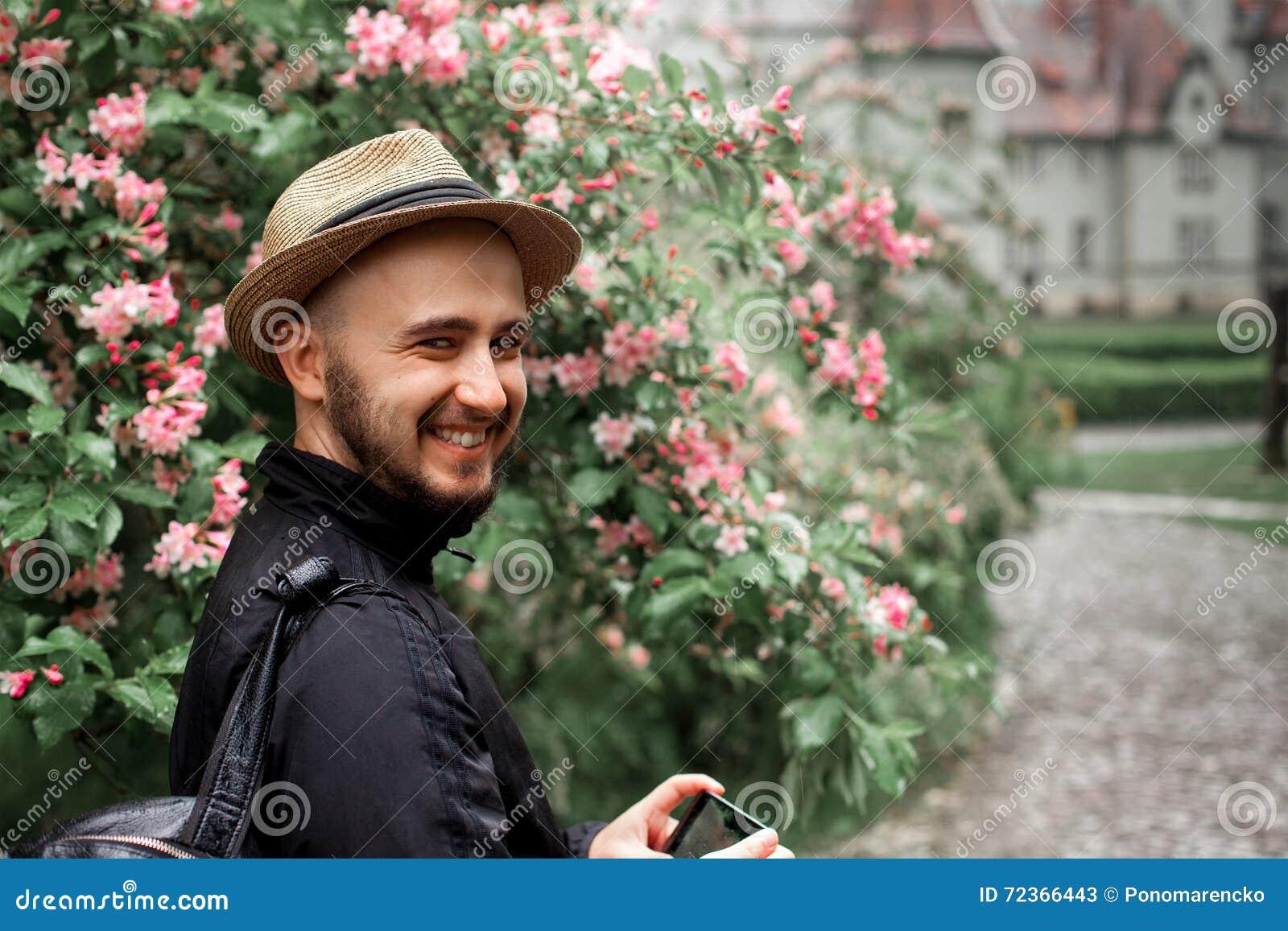 人草帽的和有看照相机和sm的胡子的