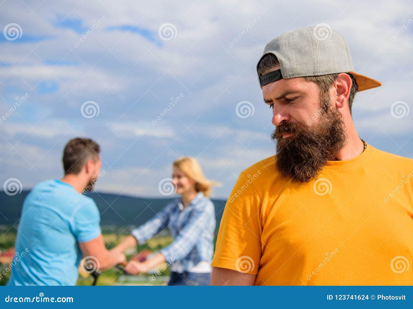人行家感觉在他后的偏僻的夫妇约会 不幸的浪漫生活 孤独人的成人,当愉快时的朋友