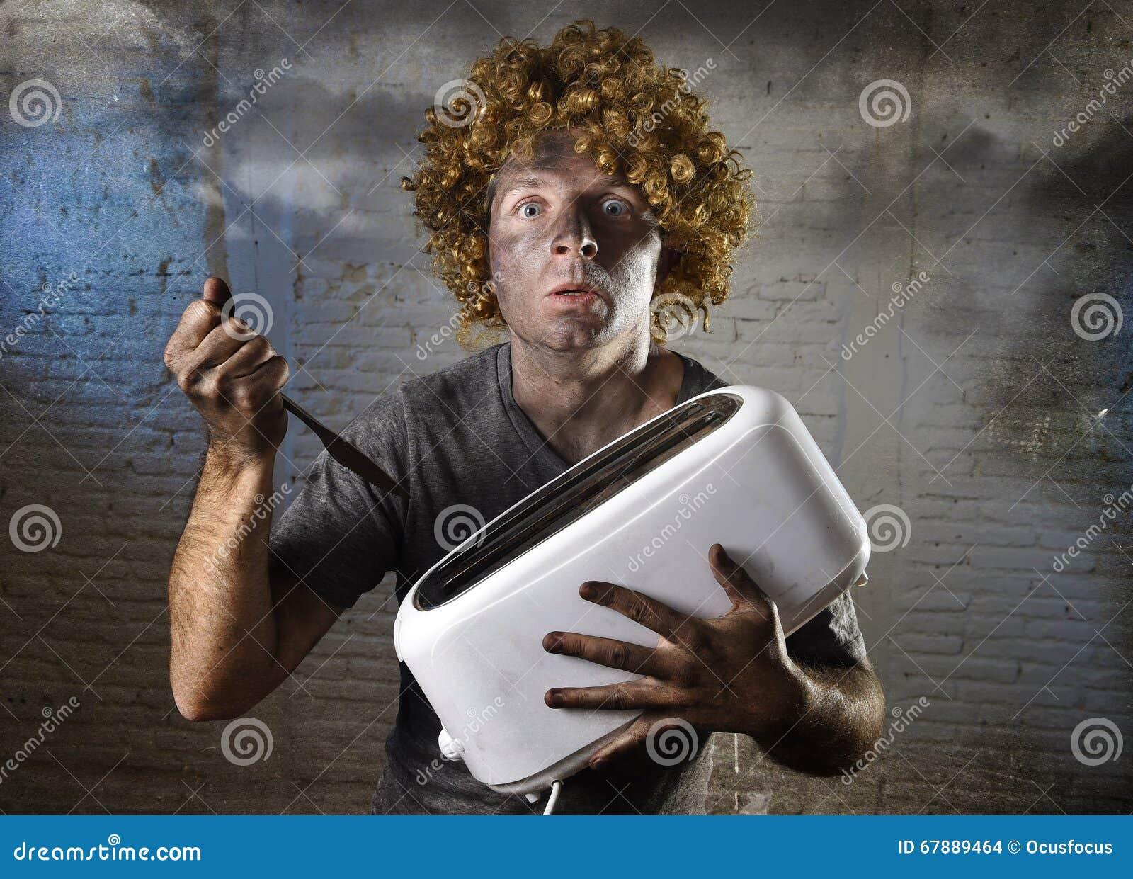 年轻人触电了致死设法使多士脱离有遭受国内事故的刀子的多士炉