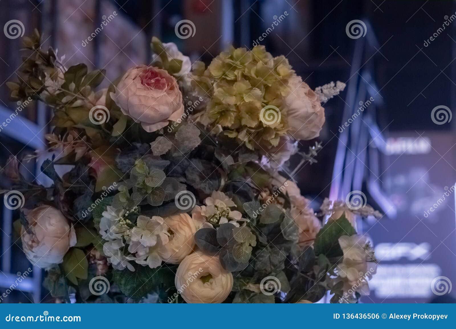 人造花美丽的花束 五颜六色的人为装饰和装饰