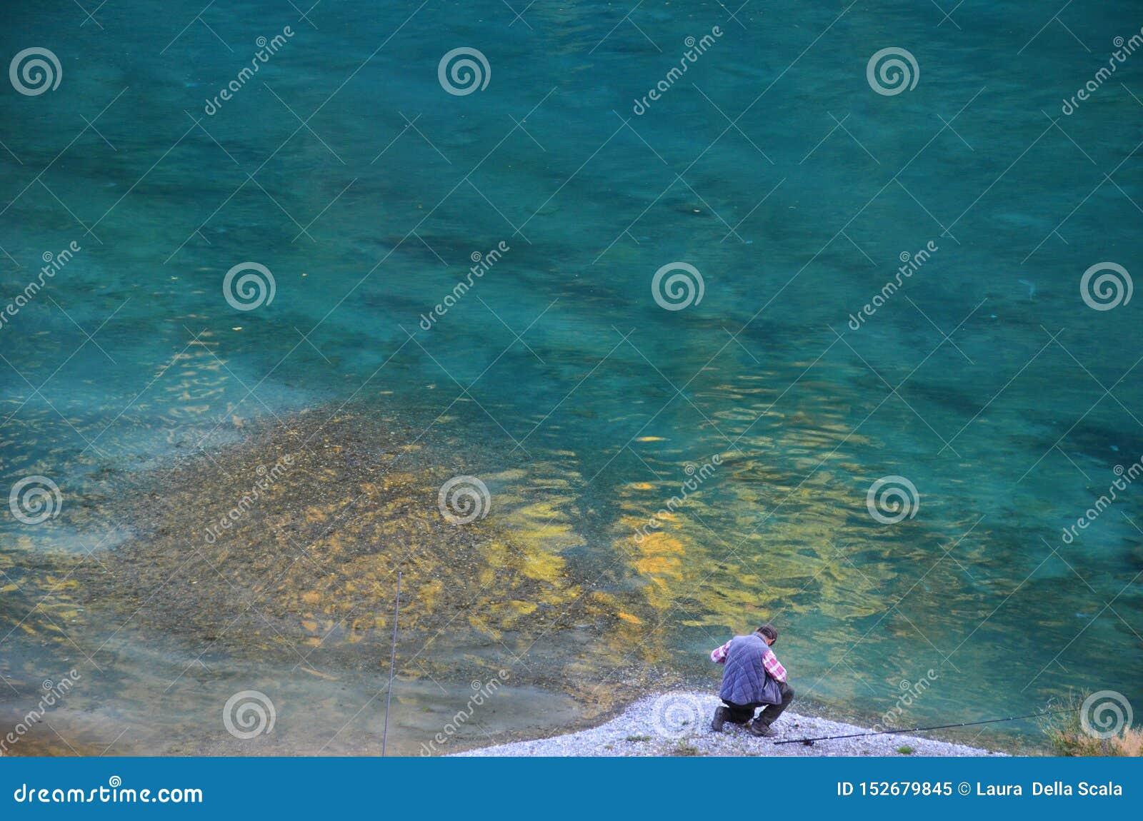 人钓鱼的摄影