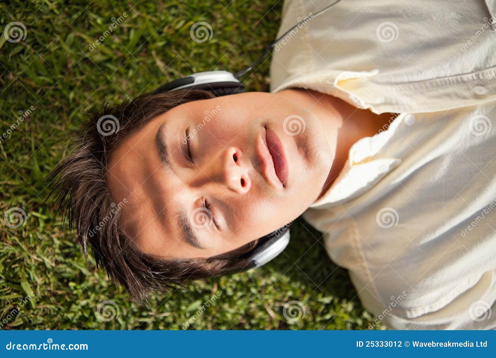 闭上�9�/9/h9�9��o^�_人闭上他的眼睛,当使用耳机听音乐时.