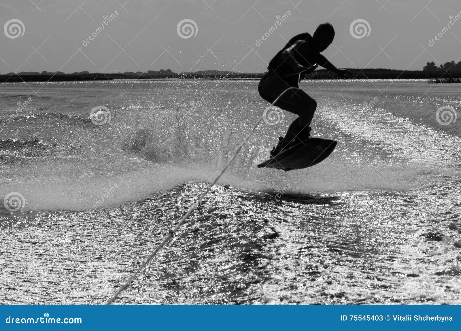 年轻人骑马wakeboard