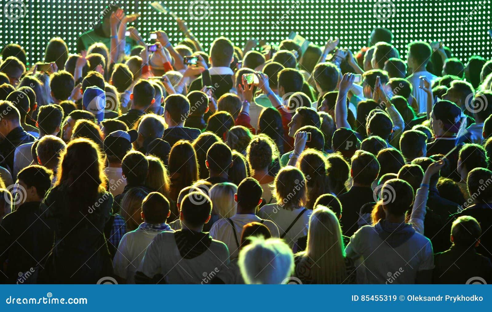 人们在体育场享受摇滚乐音乐会