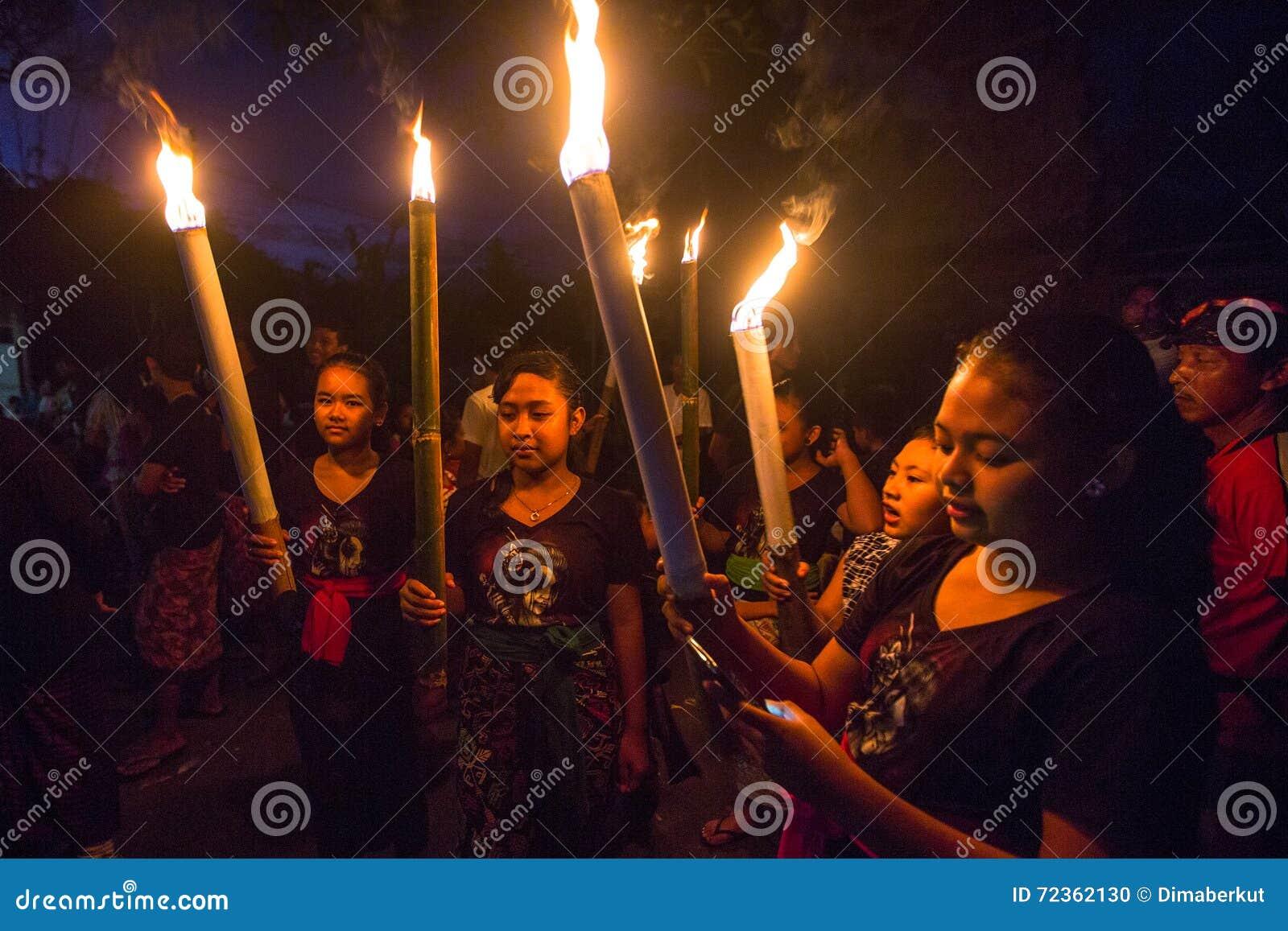 人们在庆祝Nyepi -沈默巴厘语天时