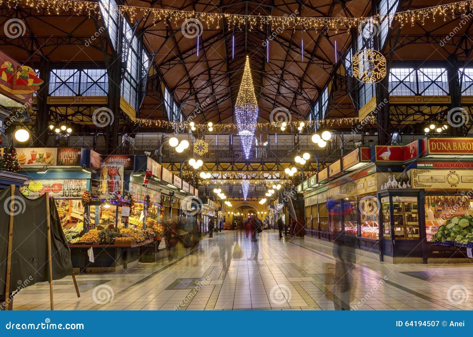 人们在行动购物在巨大市场霍尔上blured在布达佩斯