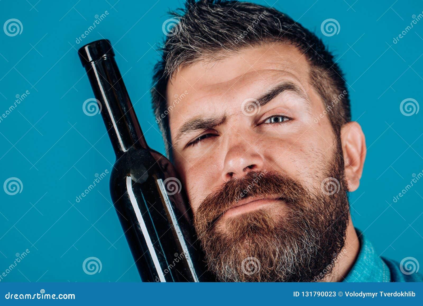 人 有胡子的残酷人 有髭的残酷白种人行家 与胡子的男性 有胡子的成熟行家 博若莱红葡萄酒