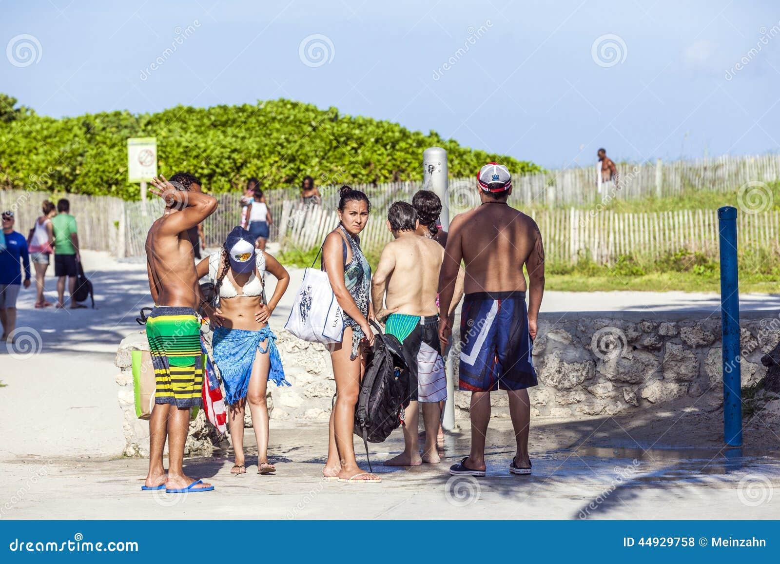 人们等在海洋驱动海滩阵雨