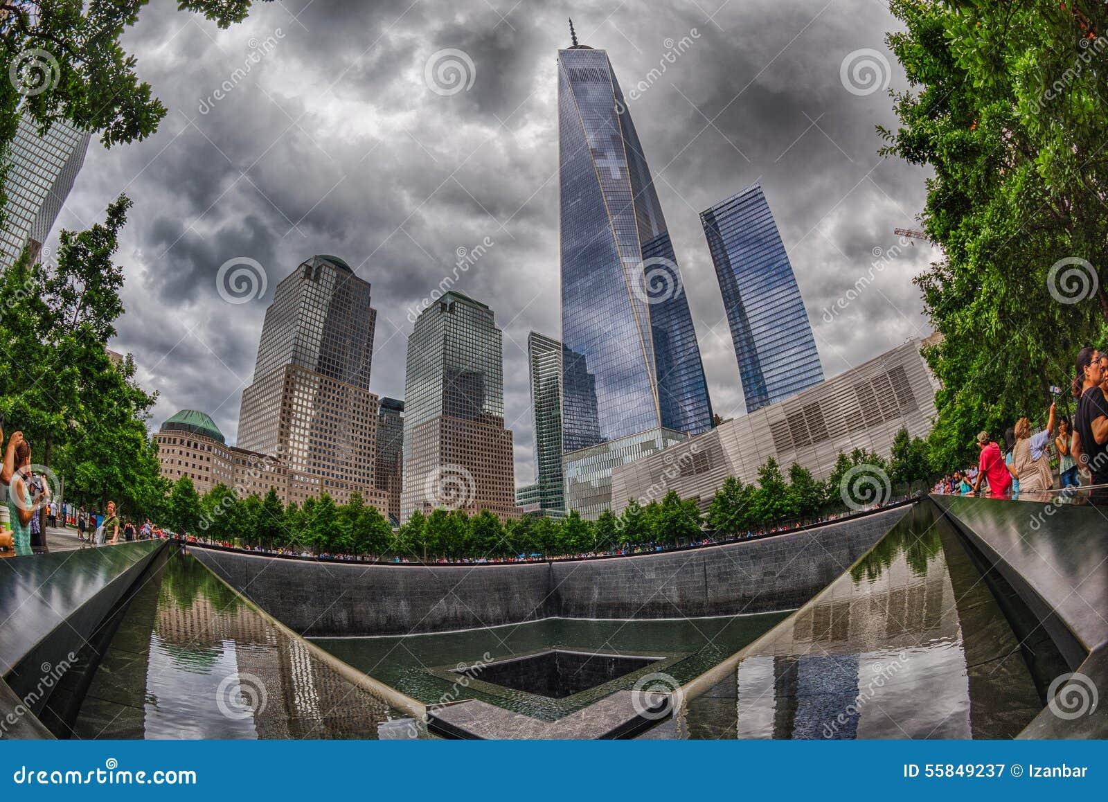人们临近自由塔和9/11纪念品