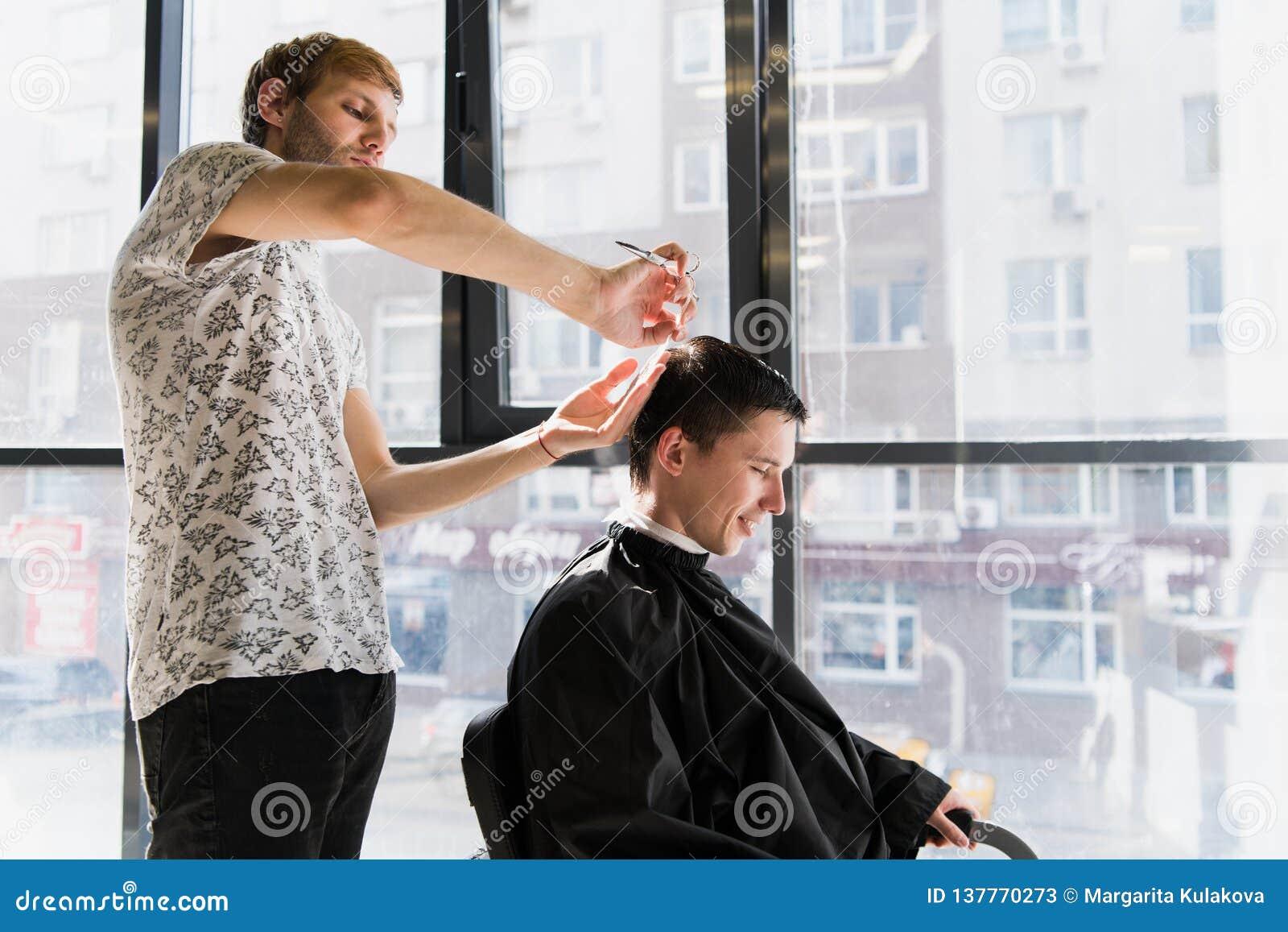 人` s发型和haircutting在理发店或发廊