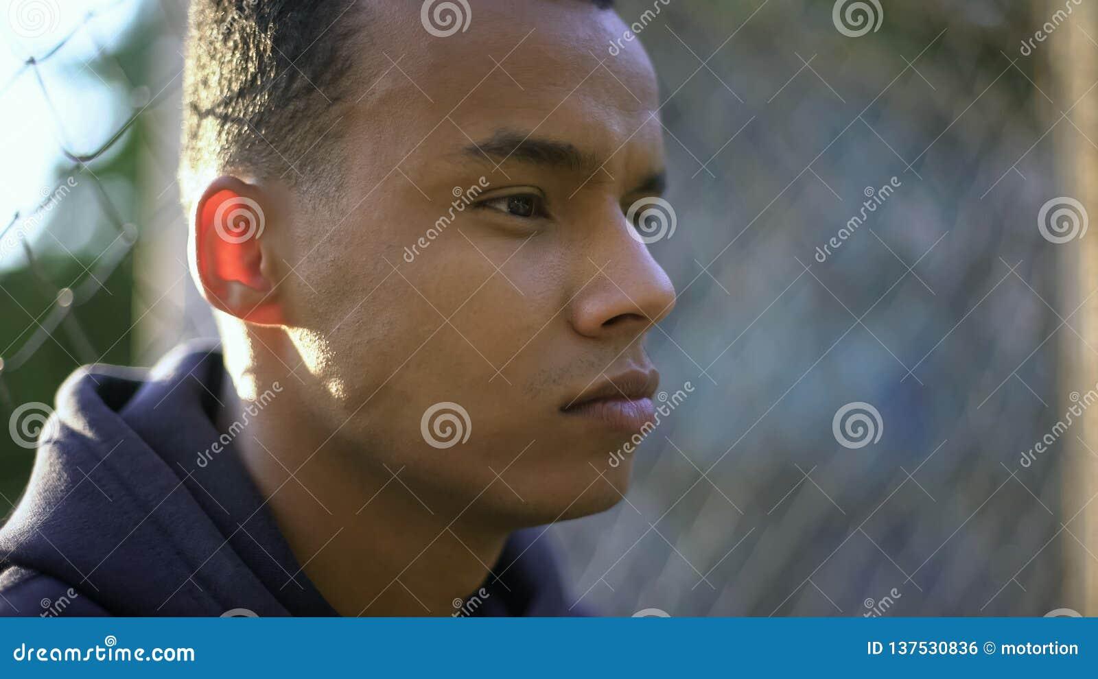 今后周道地看美国黑人的十几岁的男孩,关注未来