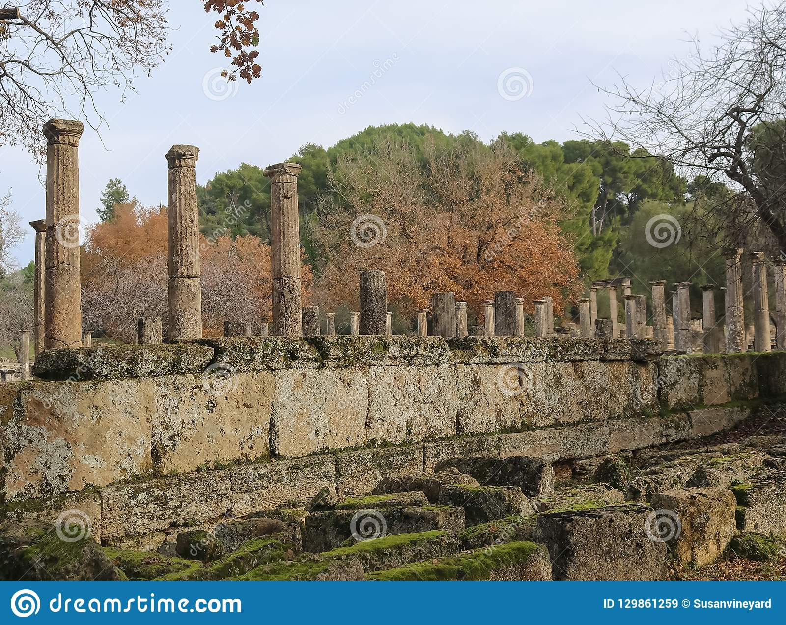 仍然站立在第一奥运会举办与用mo盖的下落的墙壁的古老奥林匹斯山希腊的古老柱子