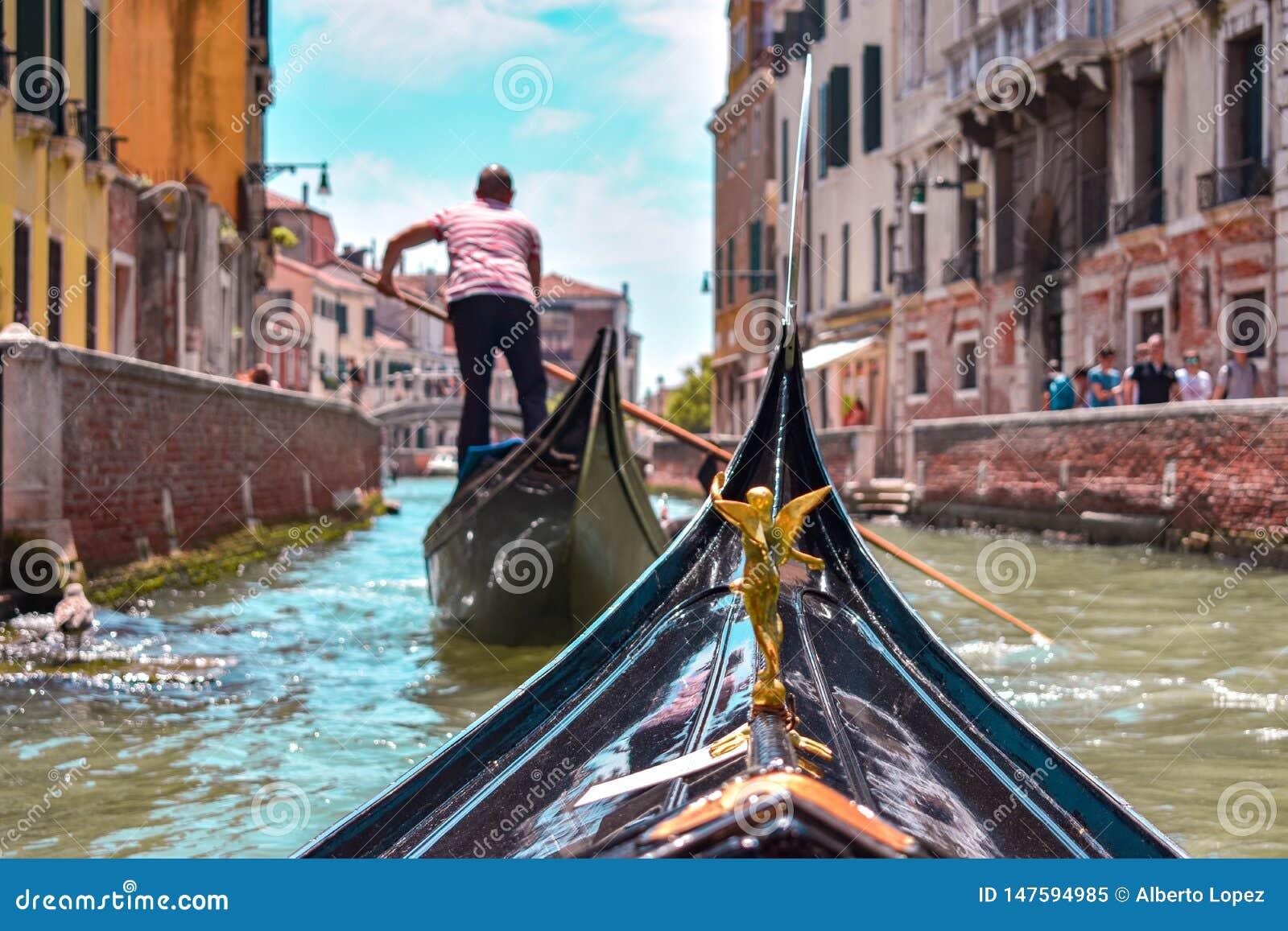 从一艘长平底船的第一人景色在威尼斯