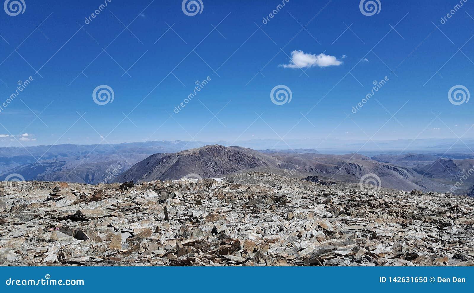 从三个湖的顶端山圆顶的看法在阿尔泰