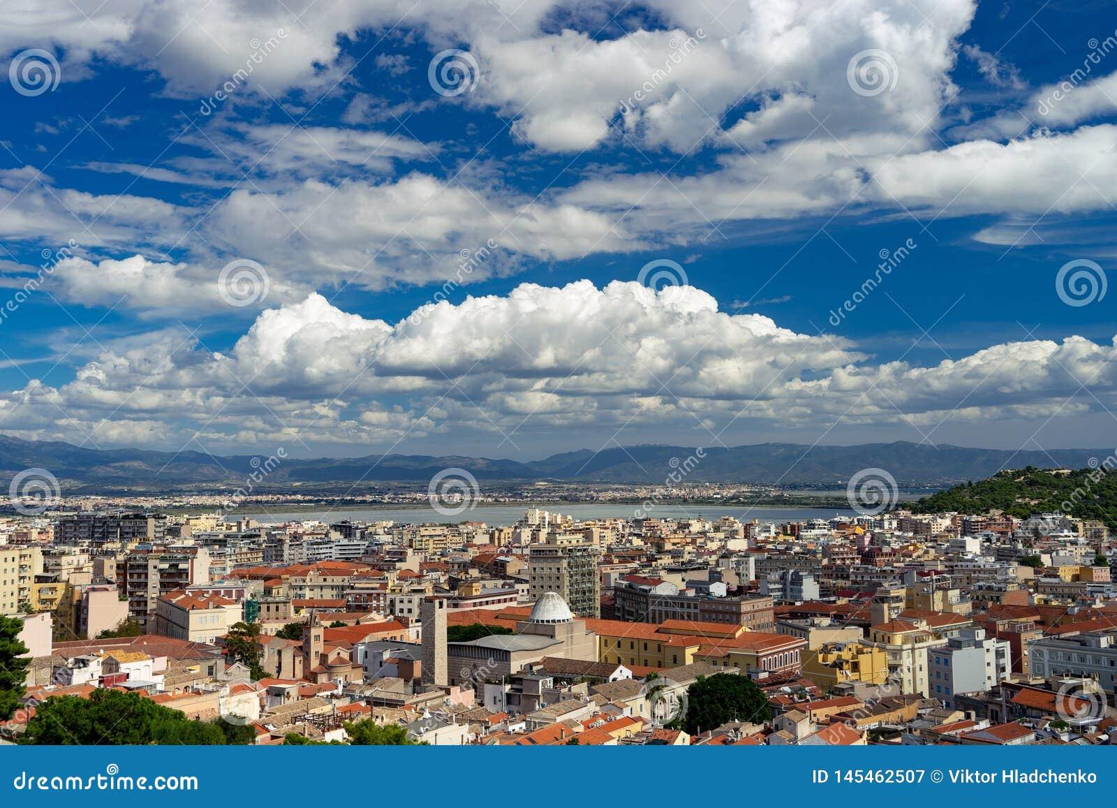 从上面的卡利亚里,撒丁岛,意大利都市风景