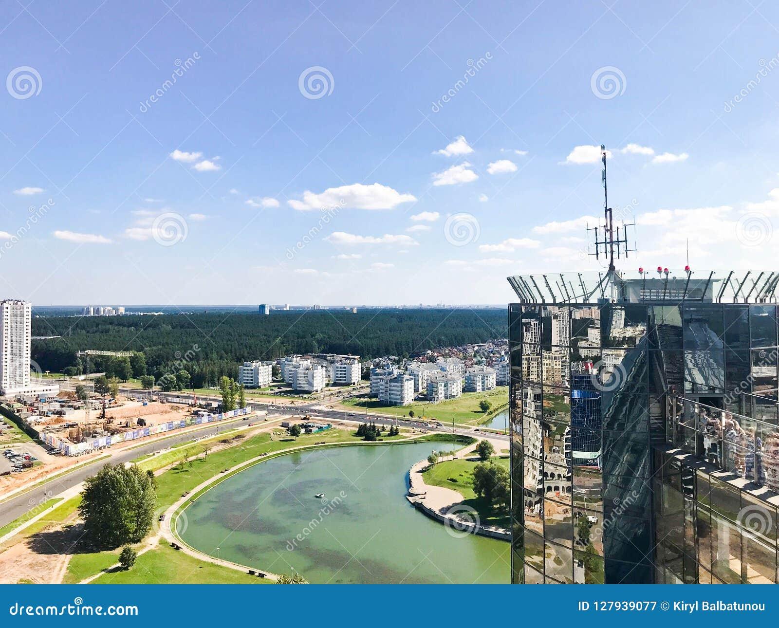 从了不起的高度的全景在美好的资本、一个城市有许多路的和高层建筑物