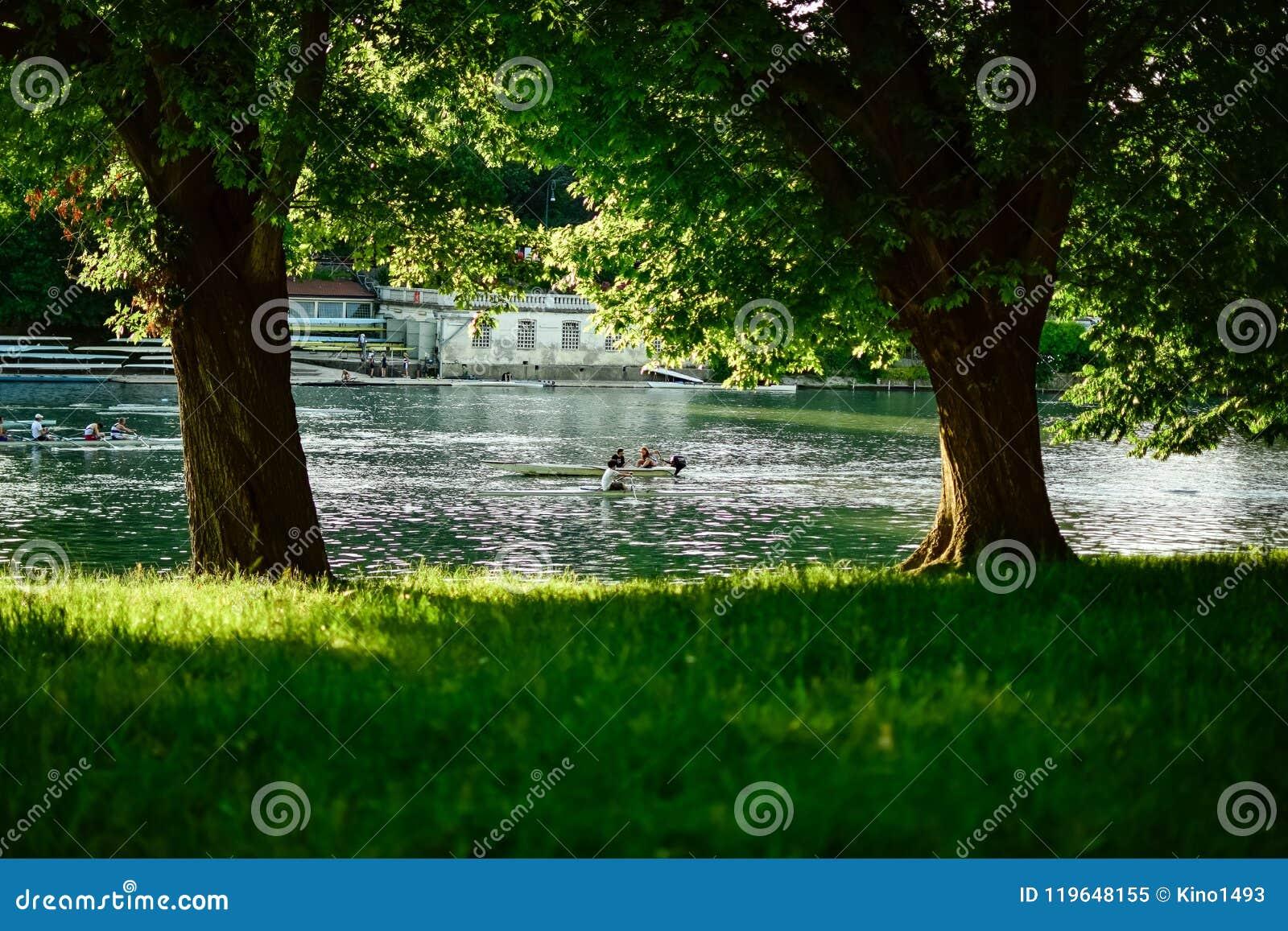 从做划船和体育在波河的水域的中两条消遣小船的阴影的看法