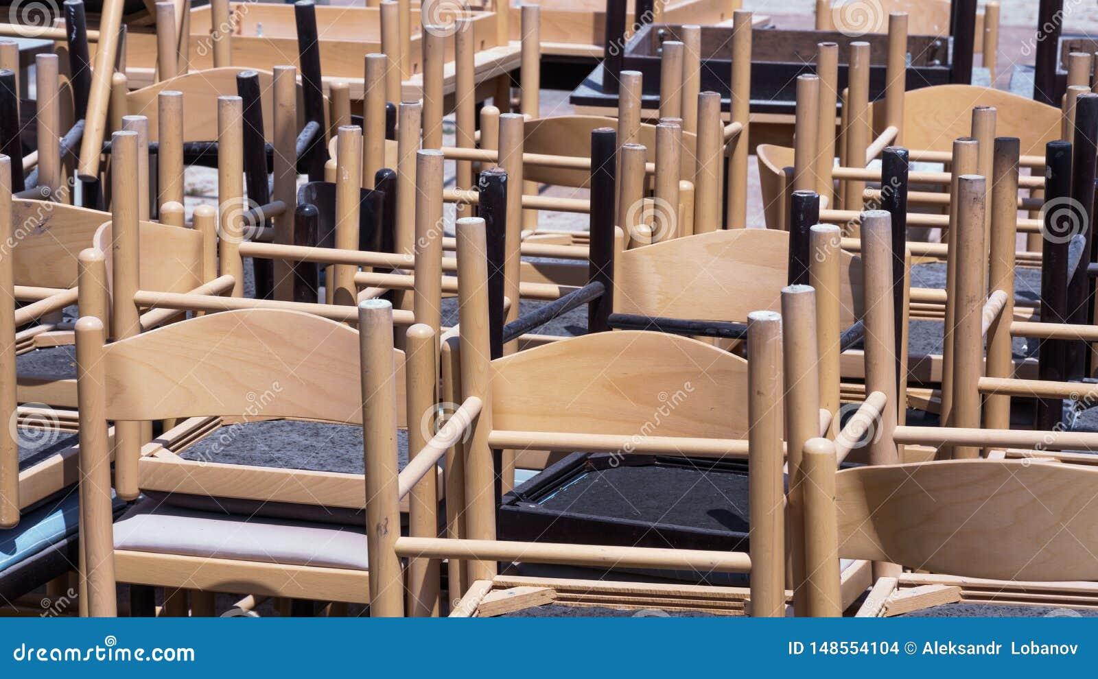 从咖啡馆的布朗木椅子