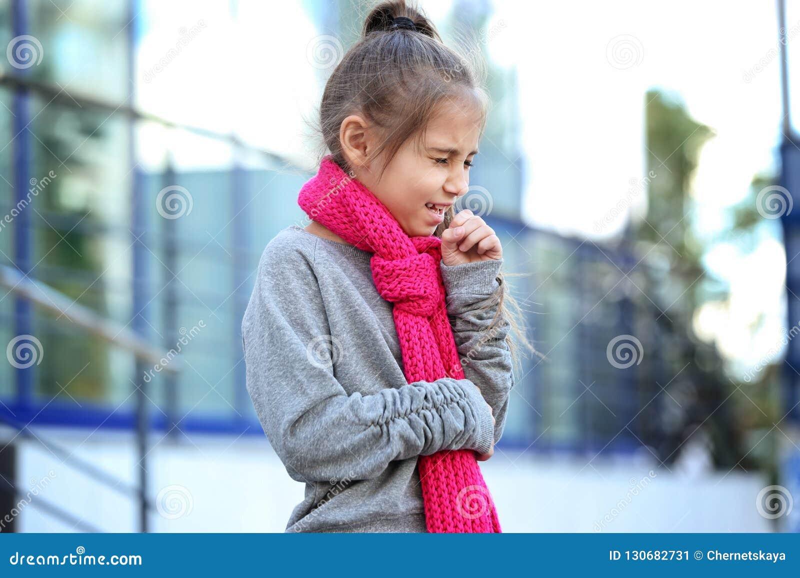 从咳嗽和寒冷的女孩痛苦